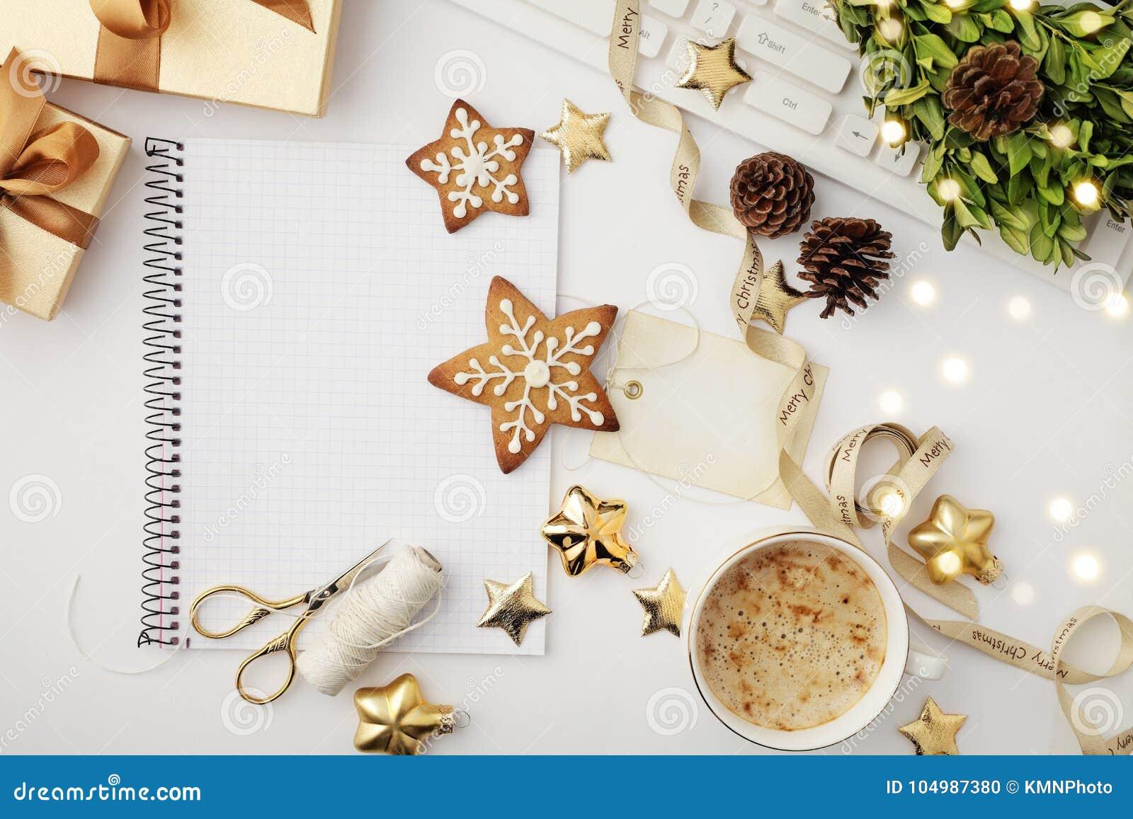 Espacio de trabajo de la Navidad con el cuaderno