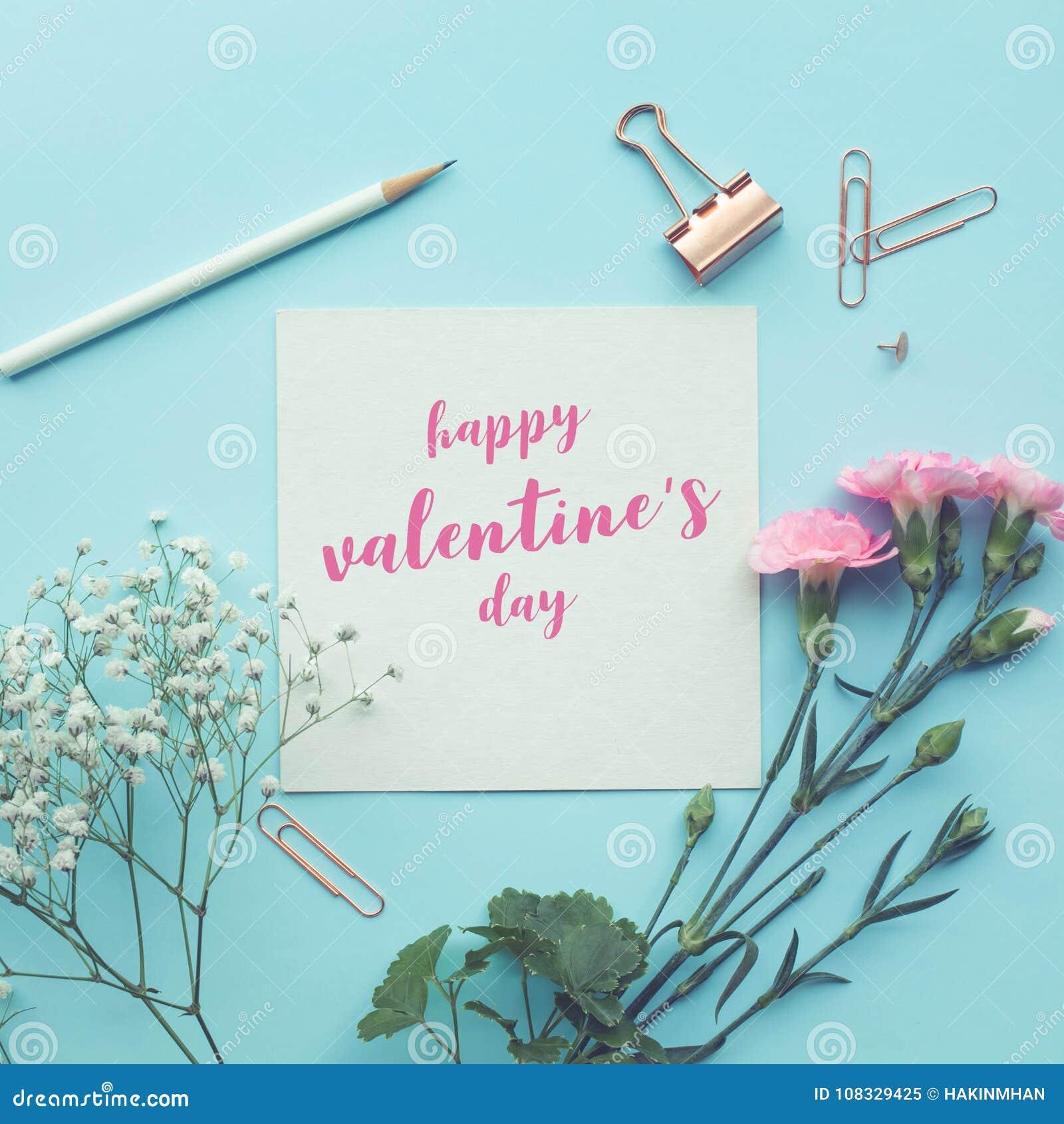 Espacio feliz del Libro Blanco del día de los valentine's con la flor en pastel