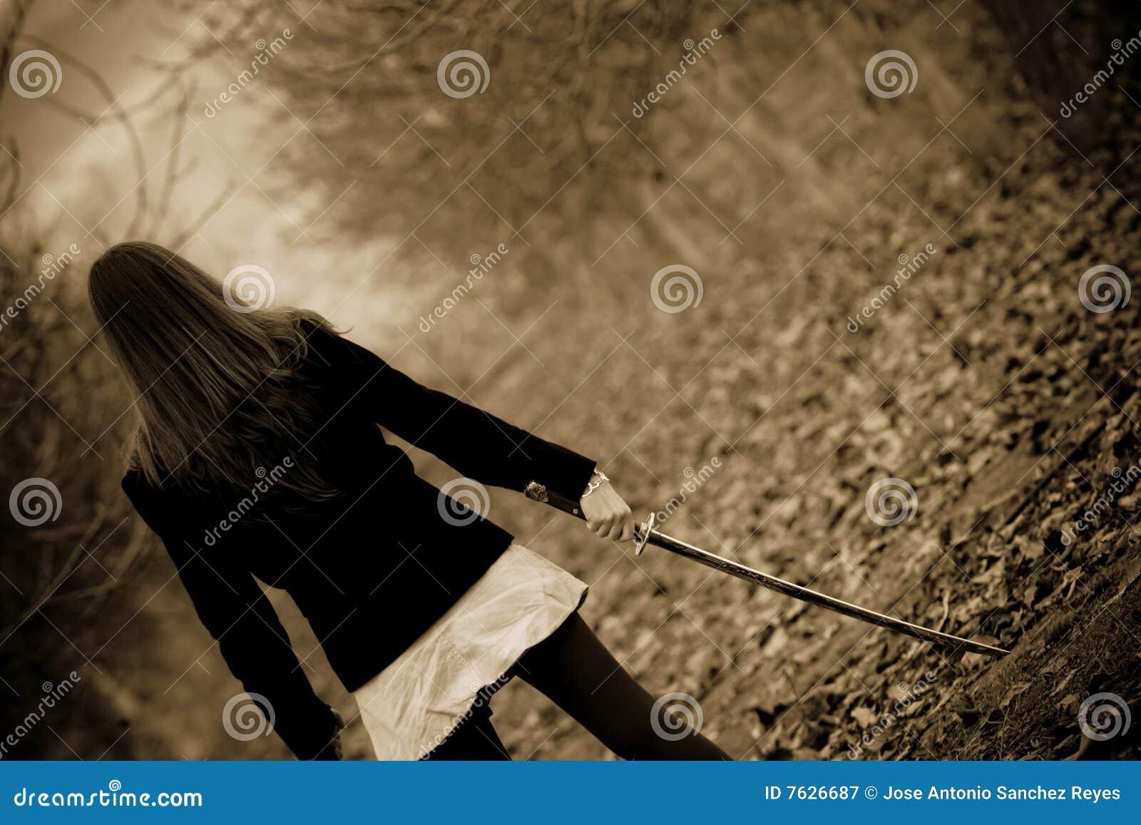 Espada do katana da terra arrendada da mulher nova
