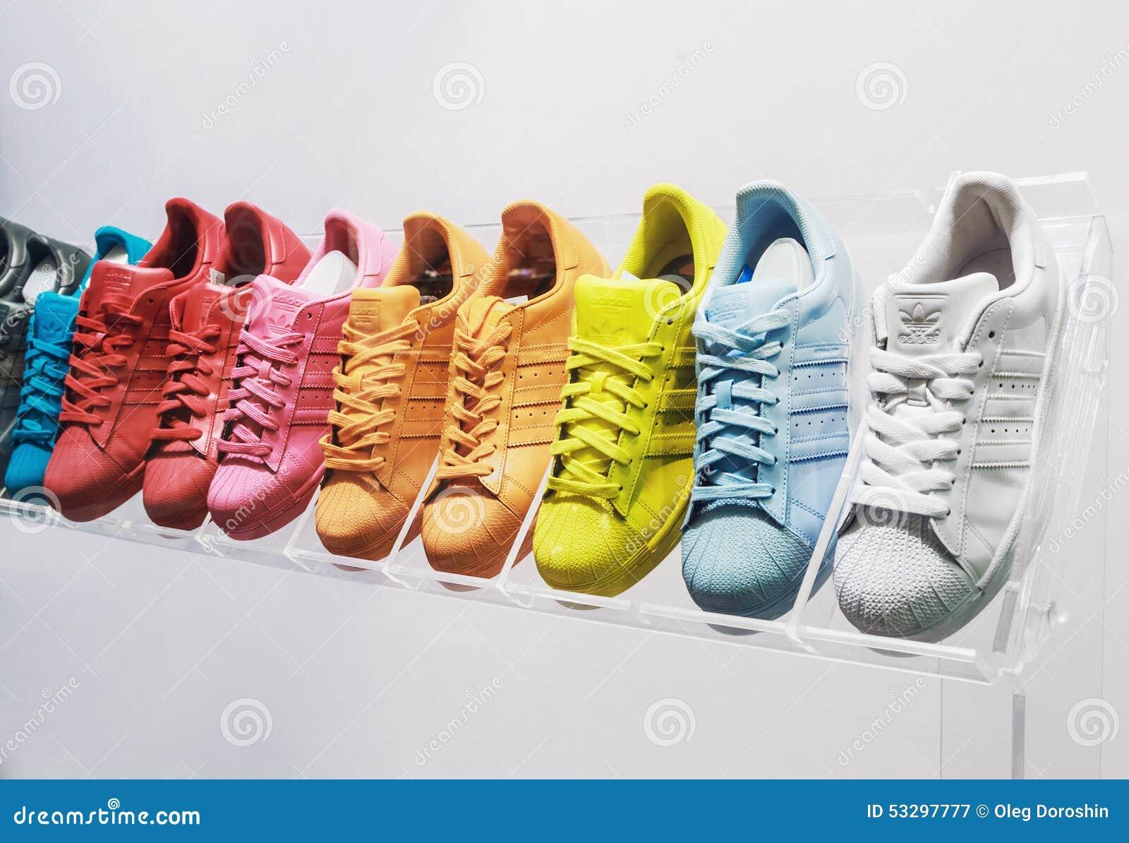 Espadrilles D'originaux D'Adidas Dans Un Magasin De