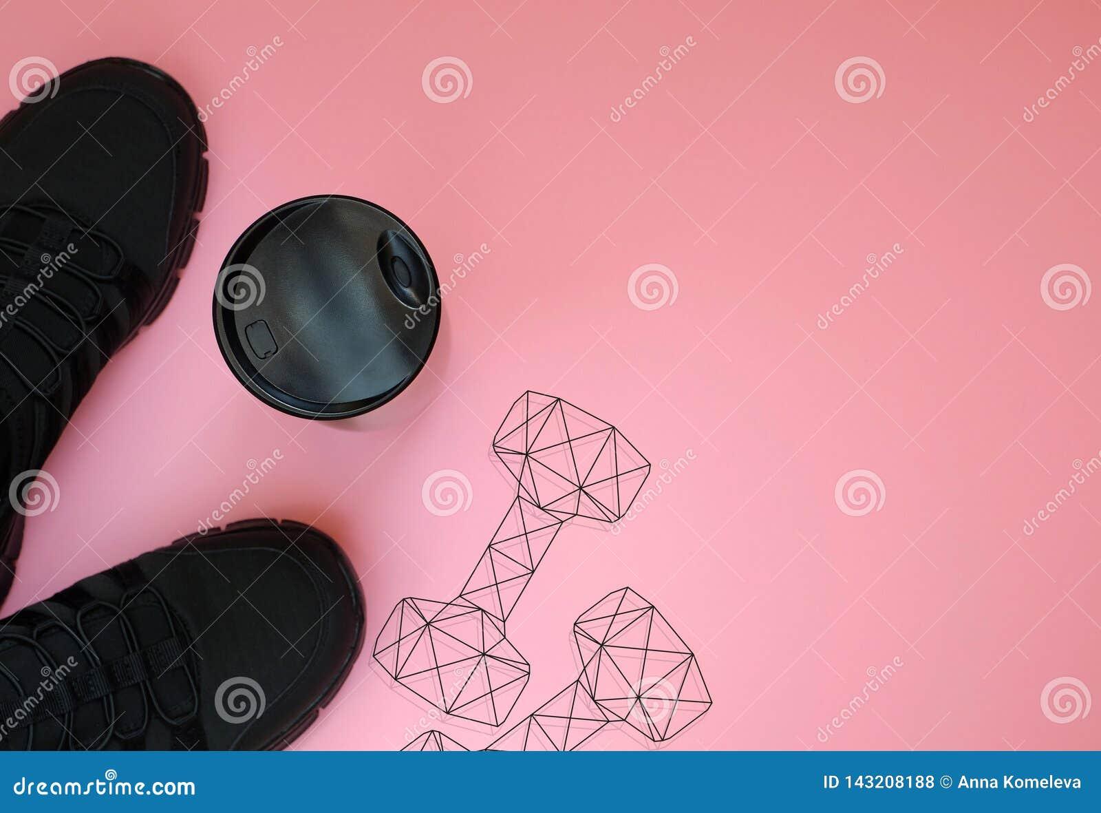 Espadrilles noires ; bottel et poids polygonaux d haltère de gymnase