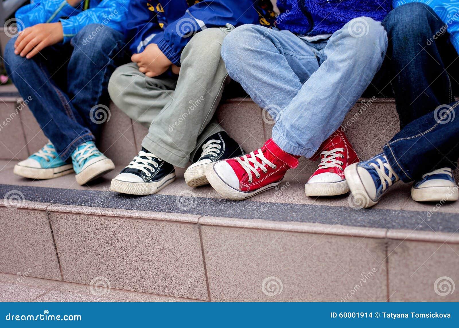 Espadrilles sur pieds d enfants