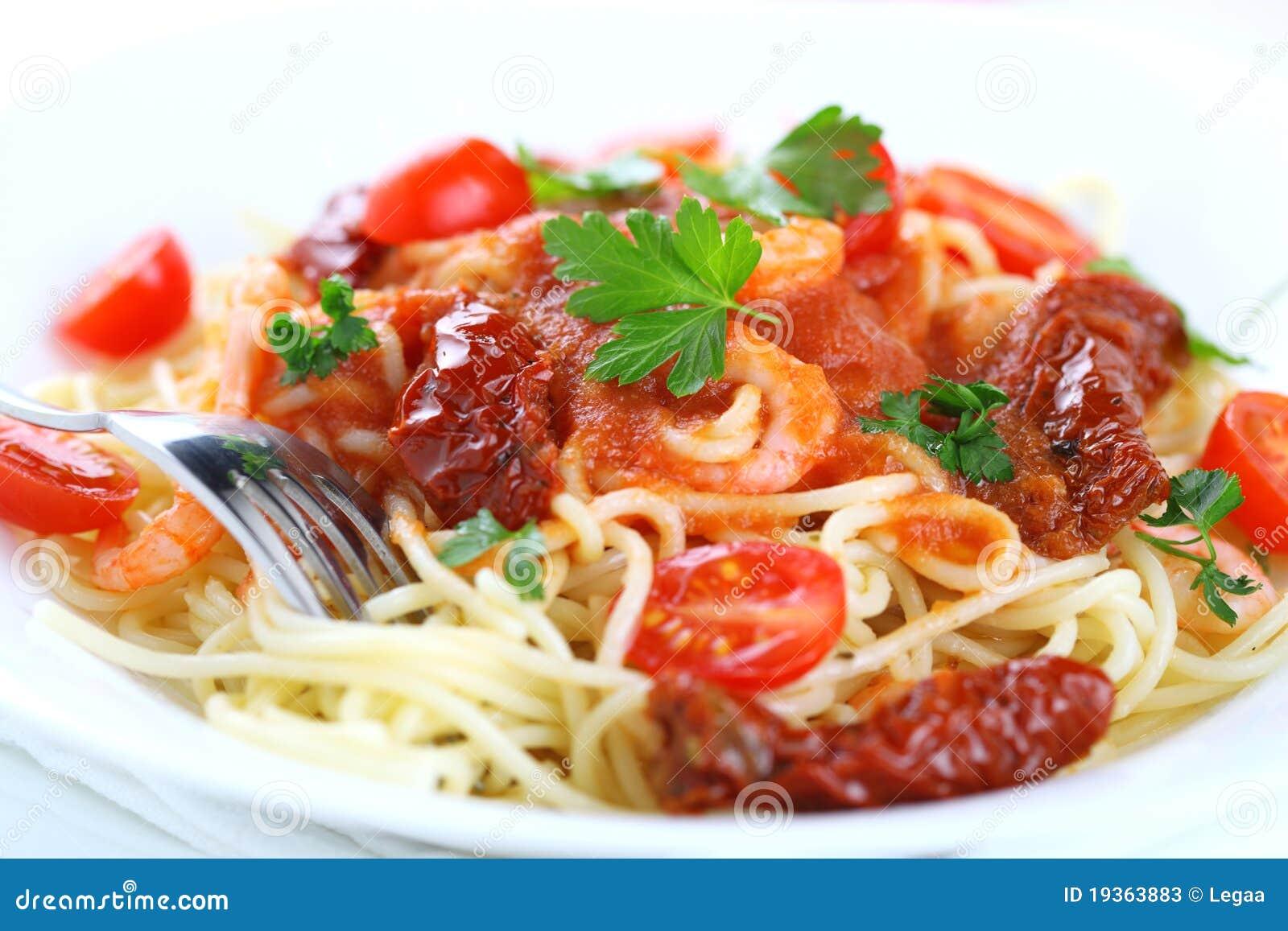 Espaguete com molho e camarões de tomate