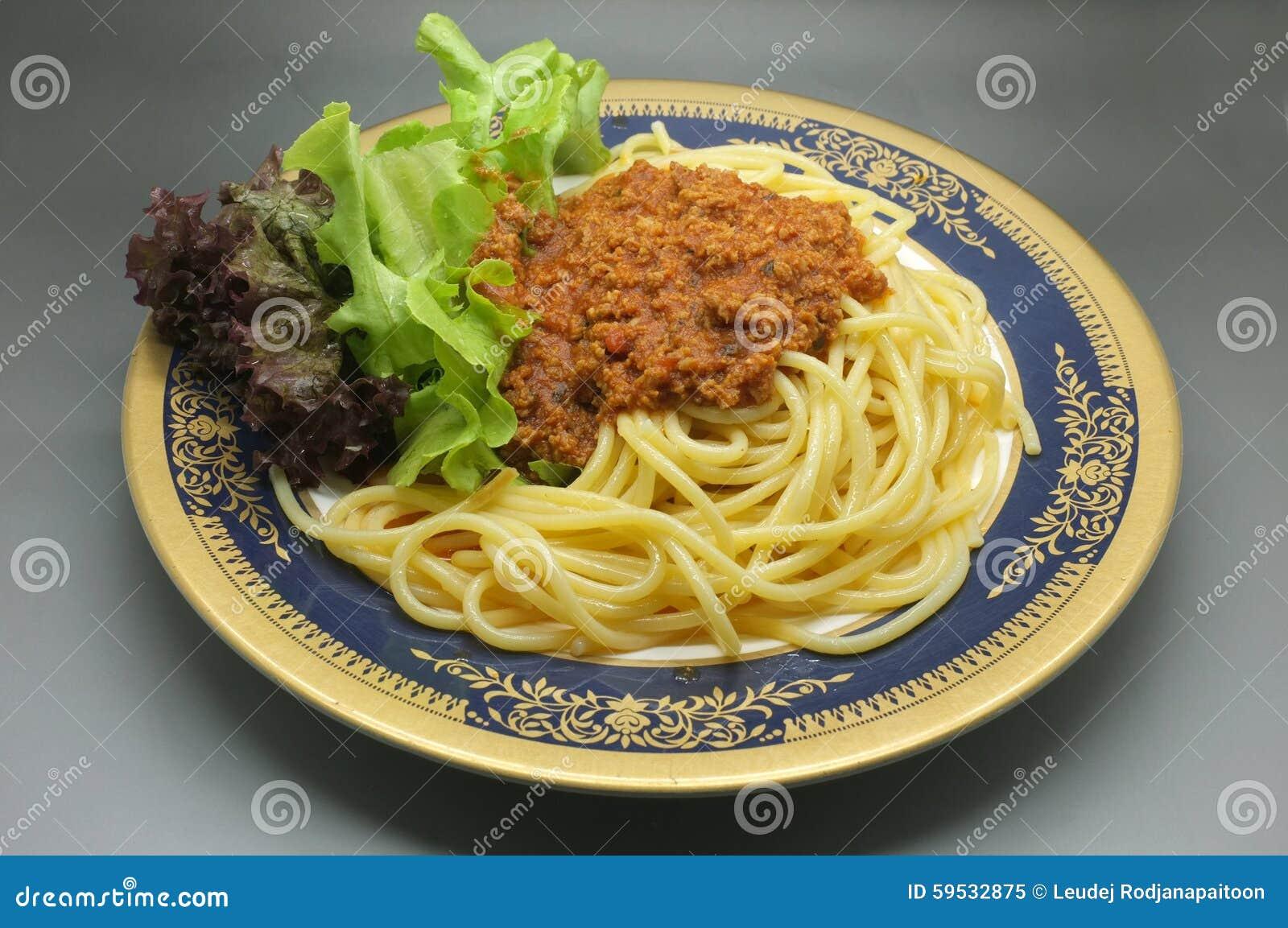 Espaguetes Bolonhês, molho de tomate da carne com alface