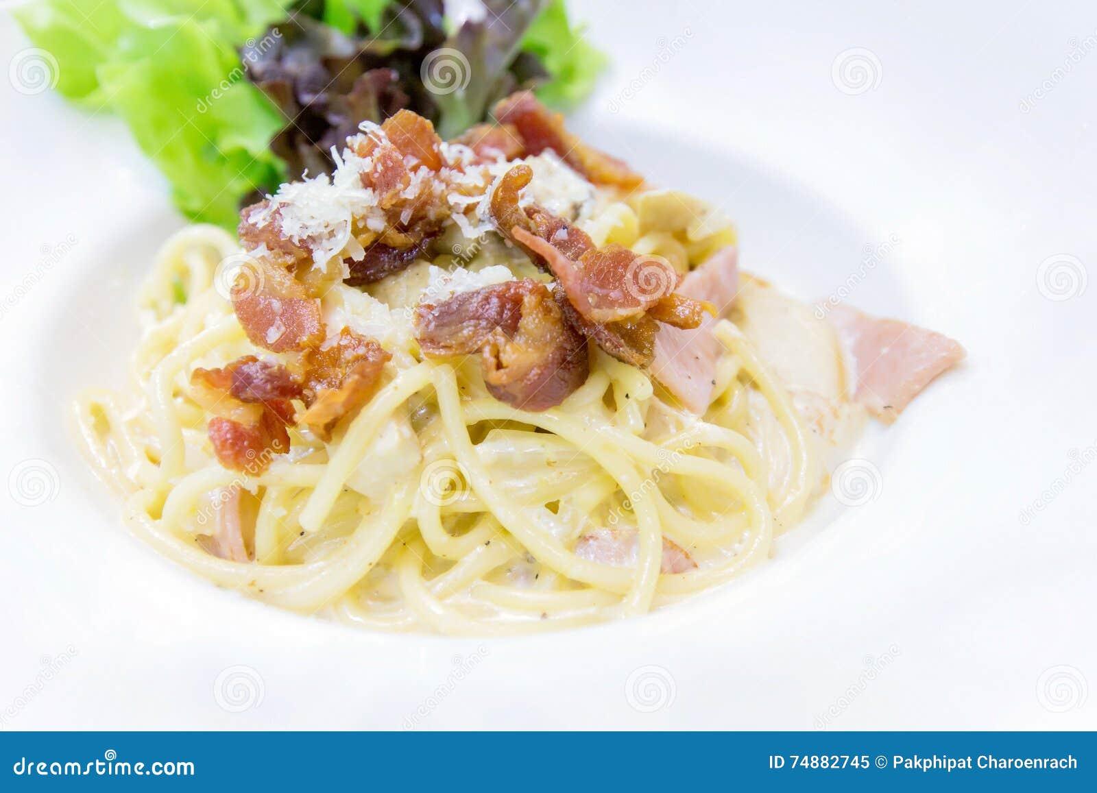 Espaguetes Carbonara com bacon e queijo na placa branca - Clos