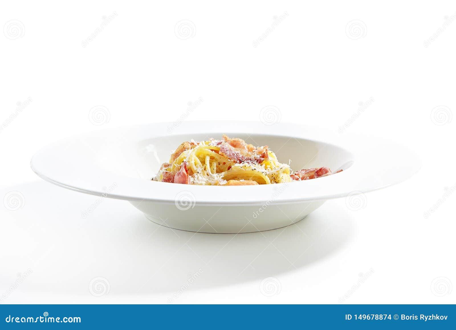 Espaguetes Carbonara com queijo parmesão raspado