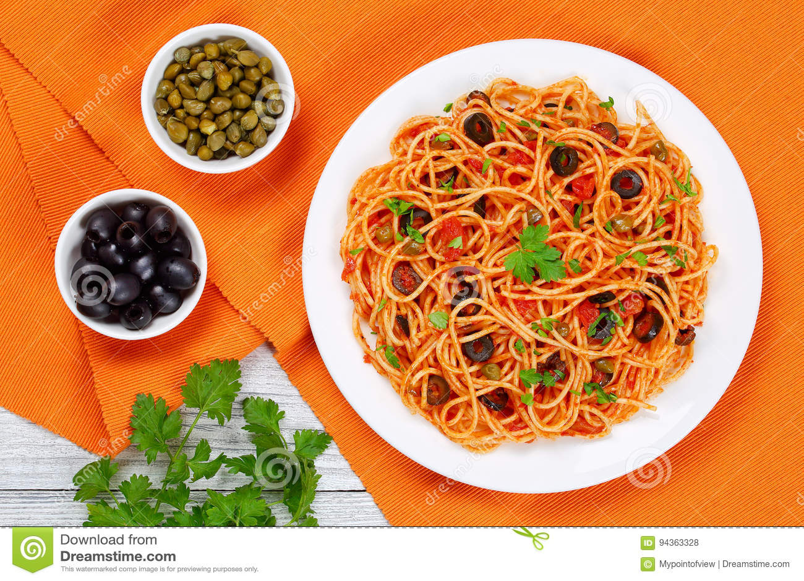 Espaguetes com alcaparras azeitonas, anchovas, molho de tomate