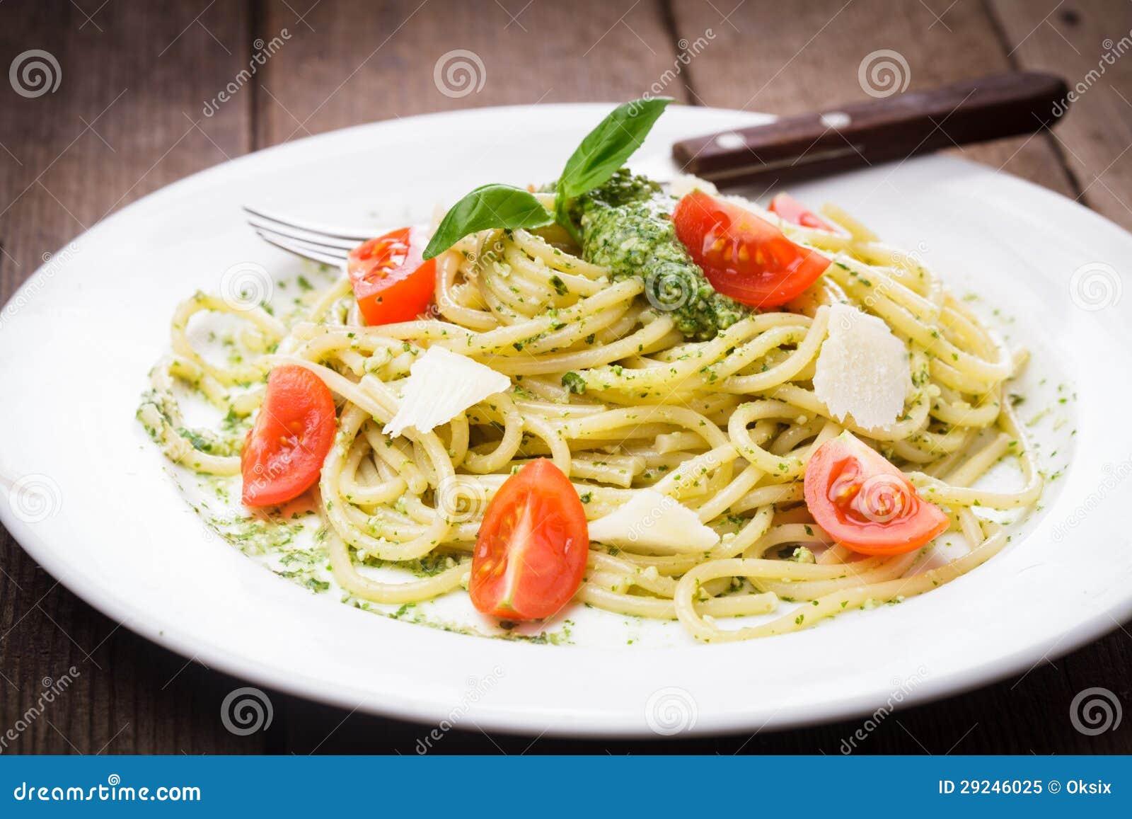 Download Espaguetes com pesto verde imagem de stock. Imagem de ninguém - 29246025