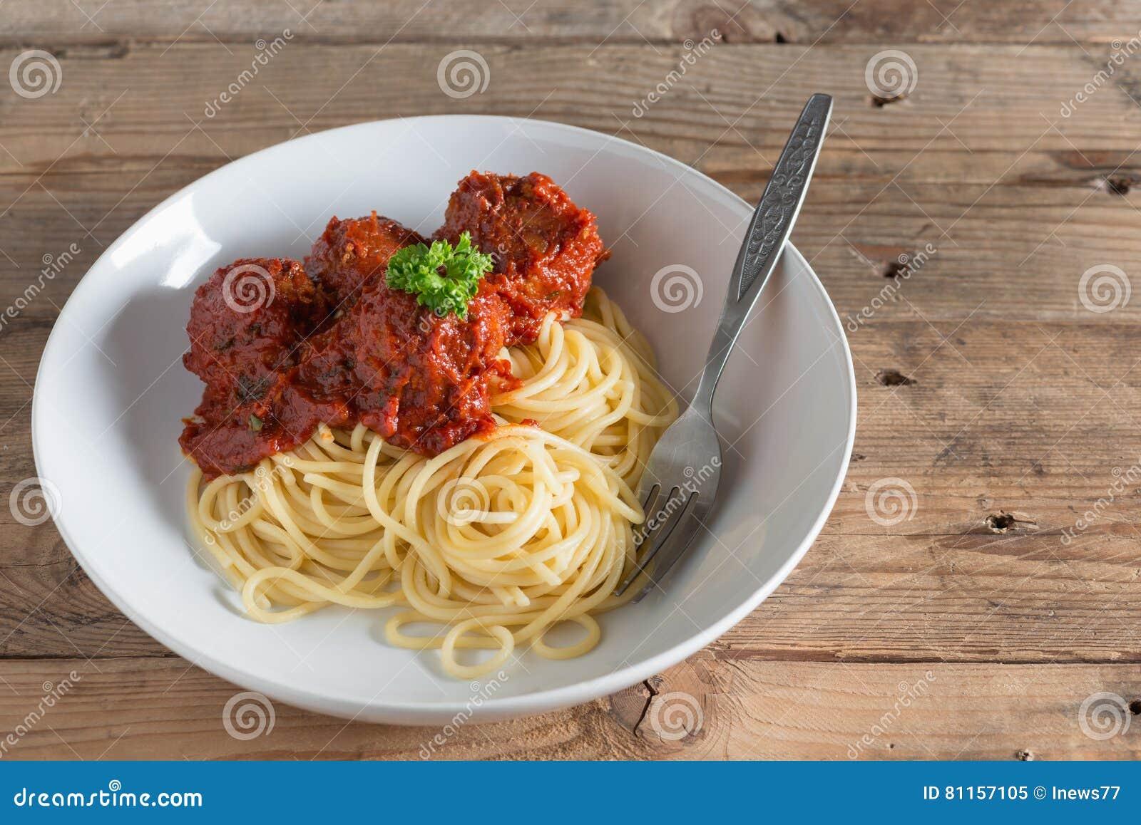 Espaguetes e almôndegas na placa