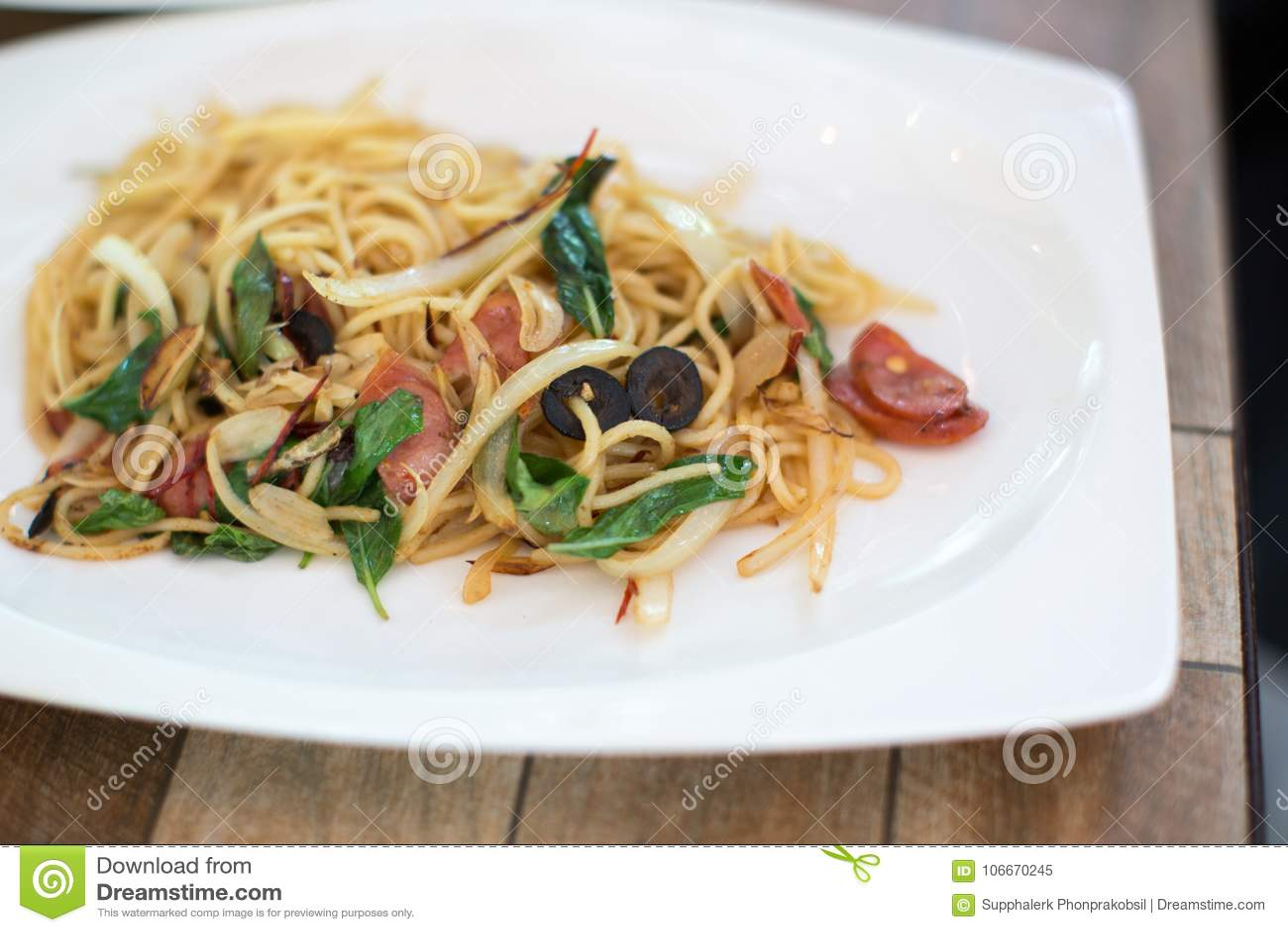 Espaguetes picantes com molhos e o ingrediente tailandês