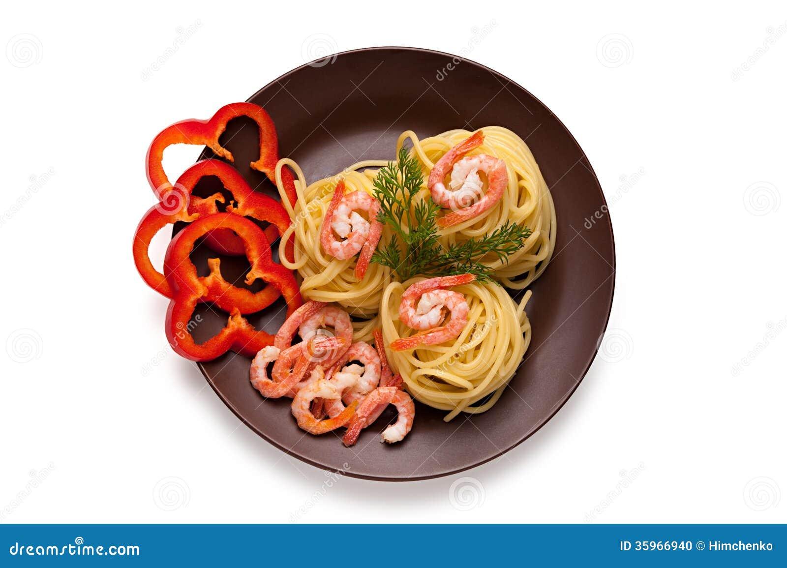 Espaguetis con el camarón y la pimienta roja