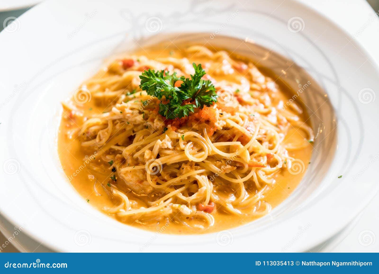 Espaguetis con la salsa del cangrejo