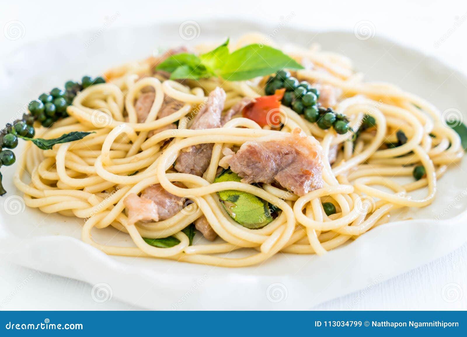 Espaguetis picantes sofritos con cerdo