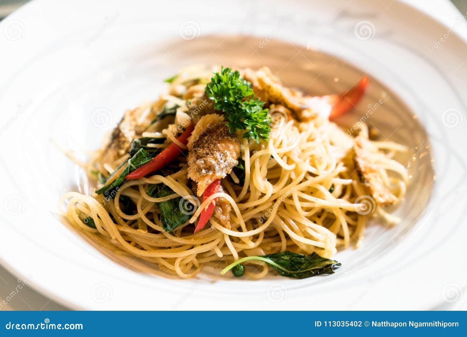 Espaguetis sofritos y Osphromemus gorami secado