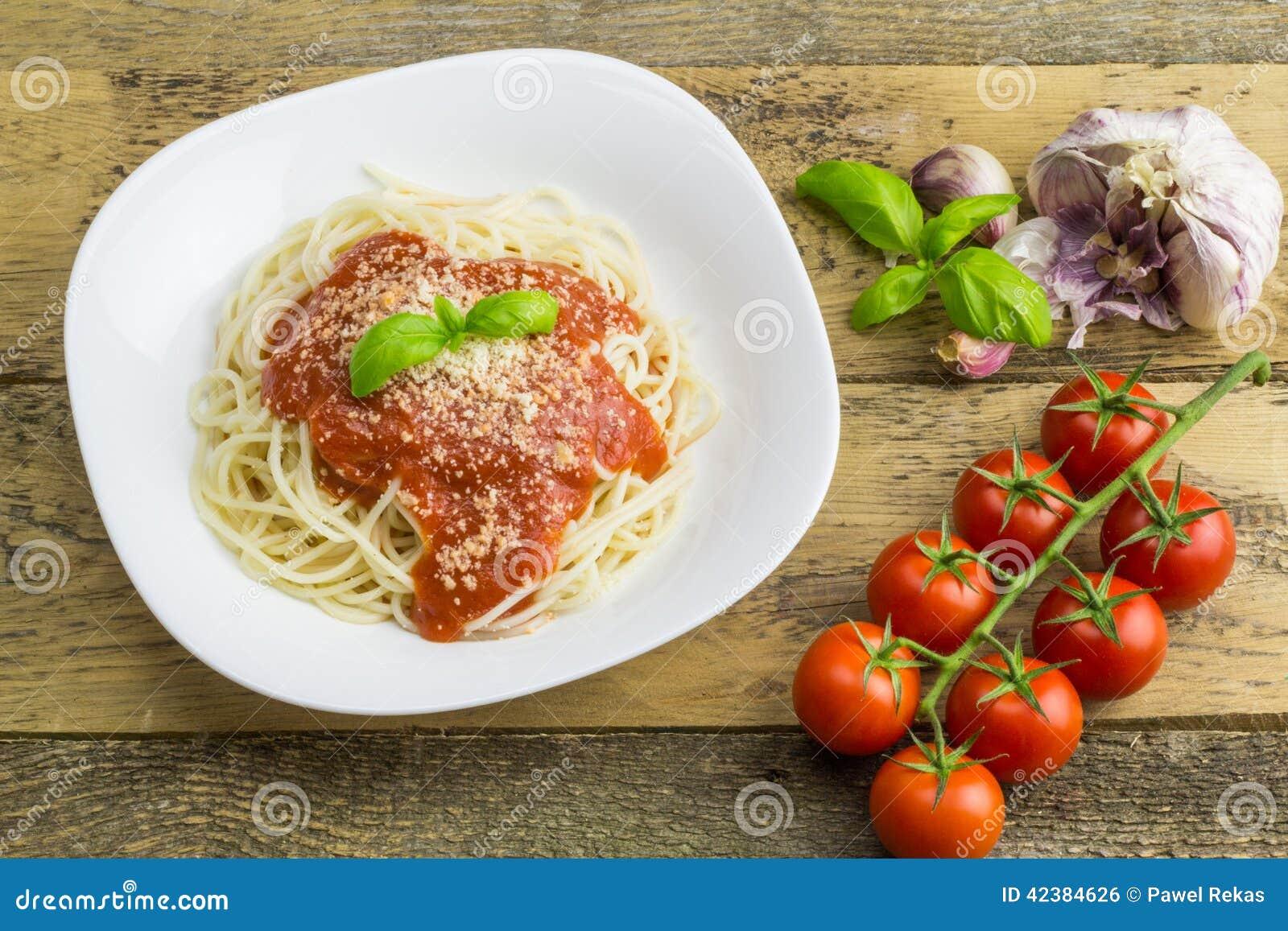 Espaguetis, tomates y ajo