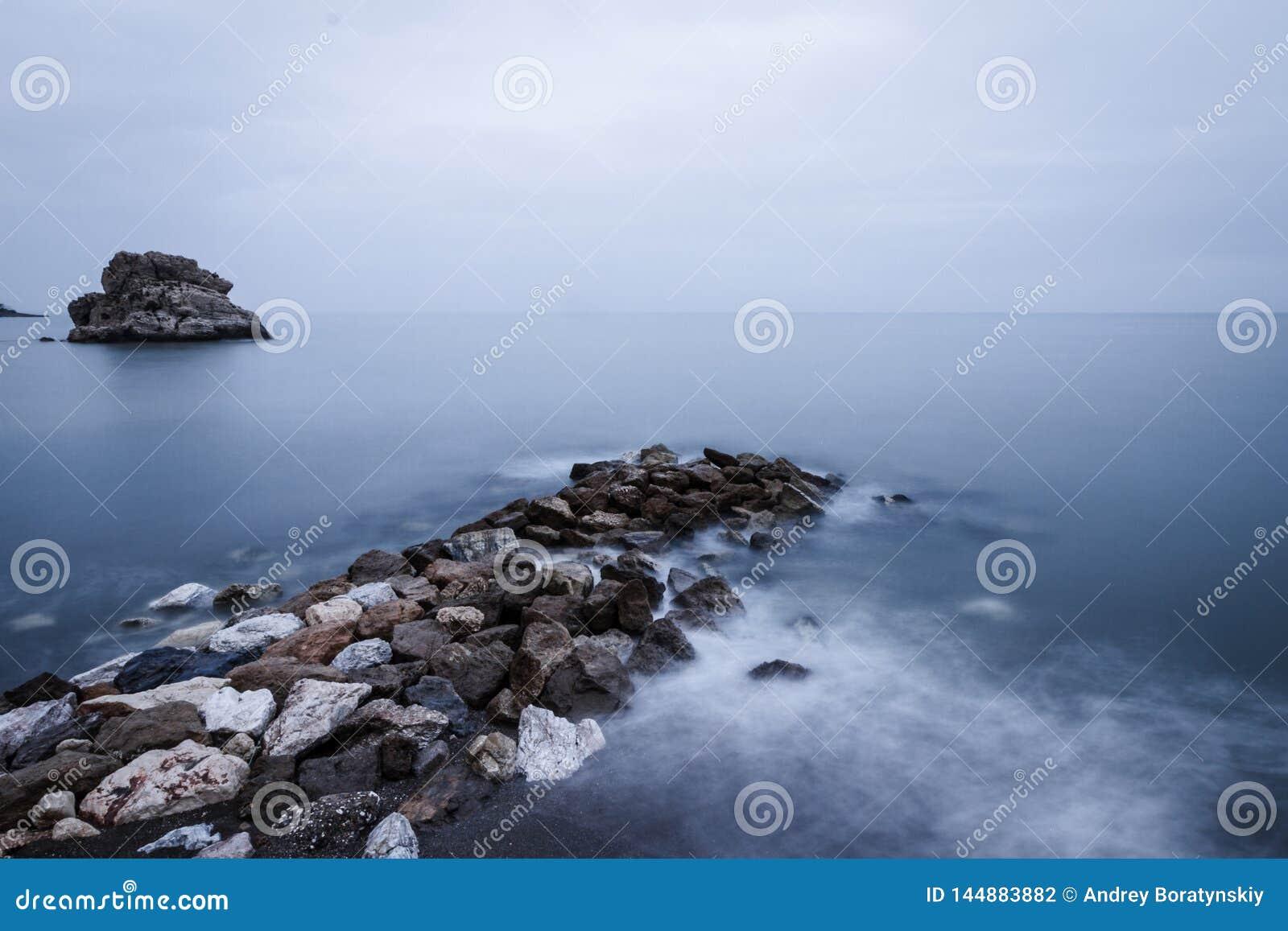 Espanha, Malaga, del Cuervo de Peñol: Rochas na praia e nas ondas de seda
