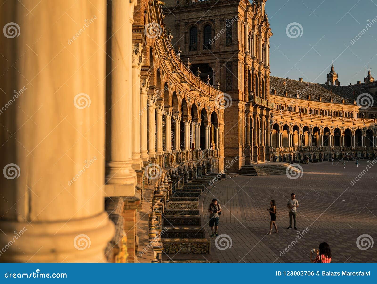 Espanhol Quadrado Plaza de Espana em Sevilha no por do sol, Espanha