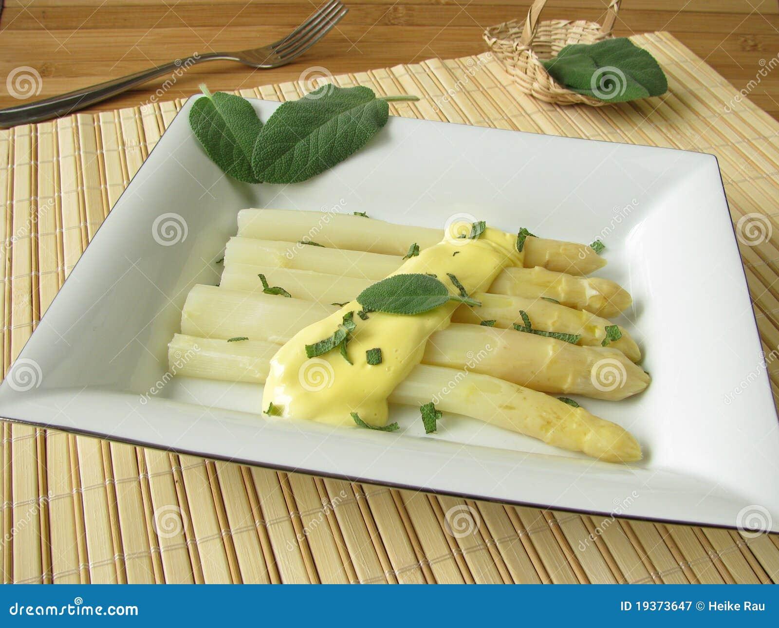 Espargos com molho prudente da manteiga
