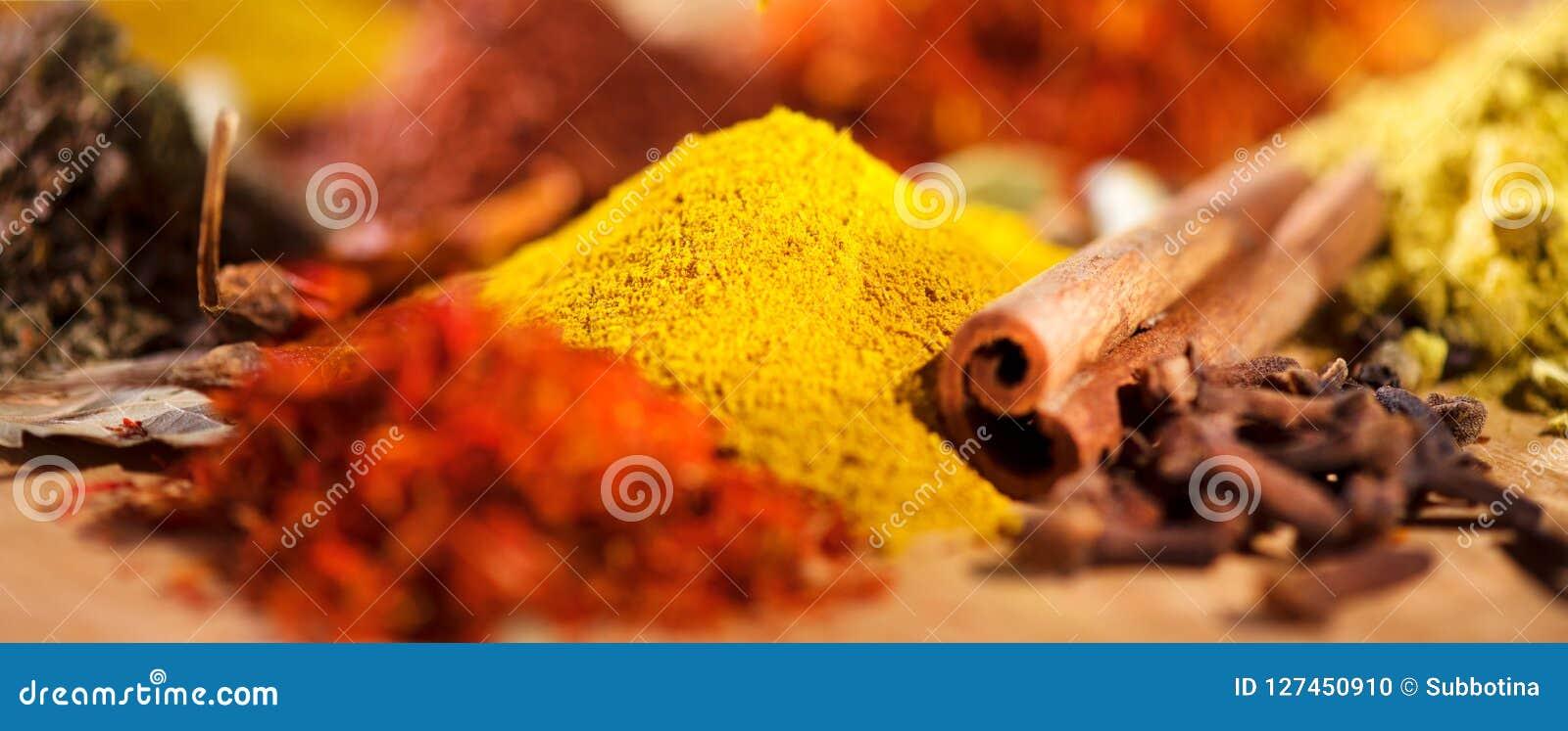 Especia Diversas especias indias y fondo colorido de las hierbas Surtido de condimentos