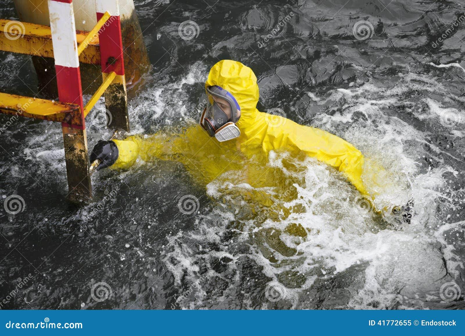 Especialista na água do mar que tenta alcançar a escada para salvar sua vida