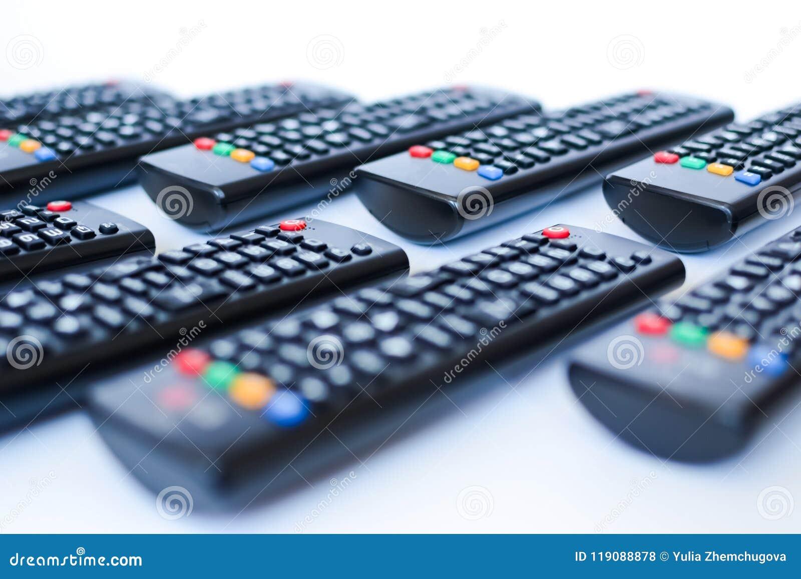 Especialmente mandos a distancia negros pesadamente borrosos para la TV en un fondo blanco