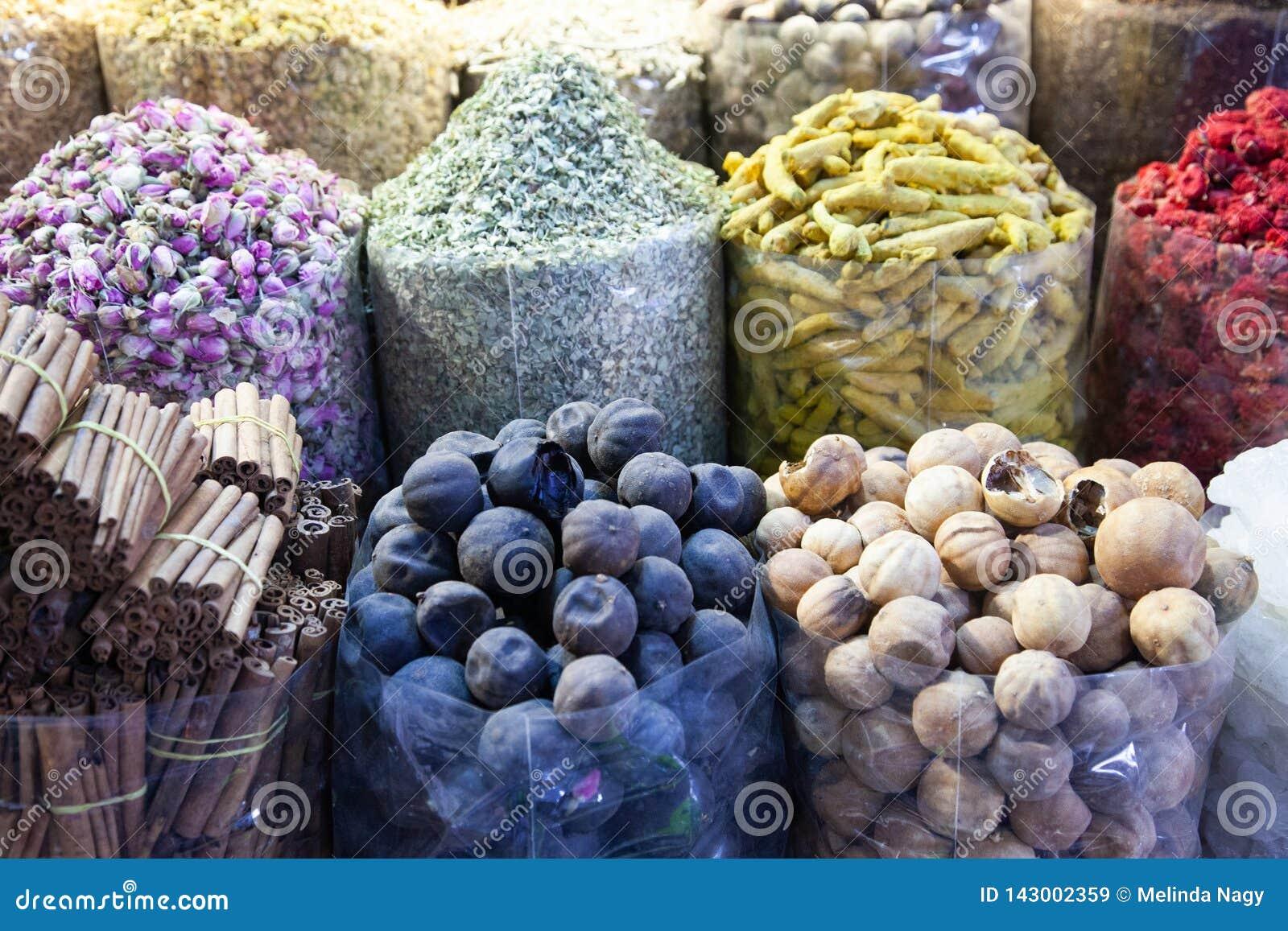 Especiarias árabes no mercado Souk Madinat Jumeirah em Dubai, UAE