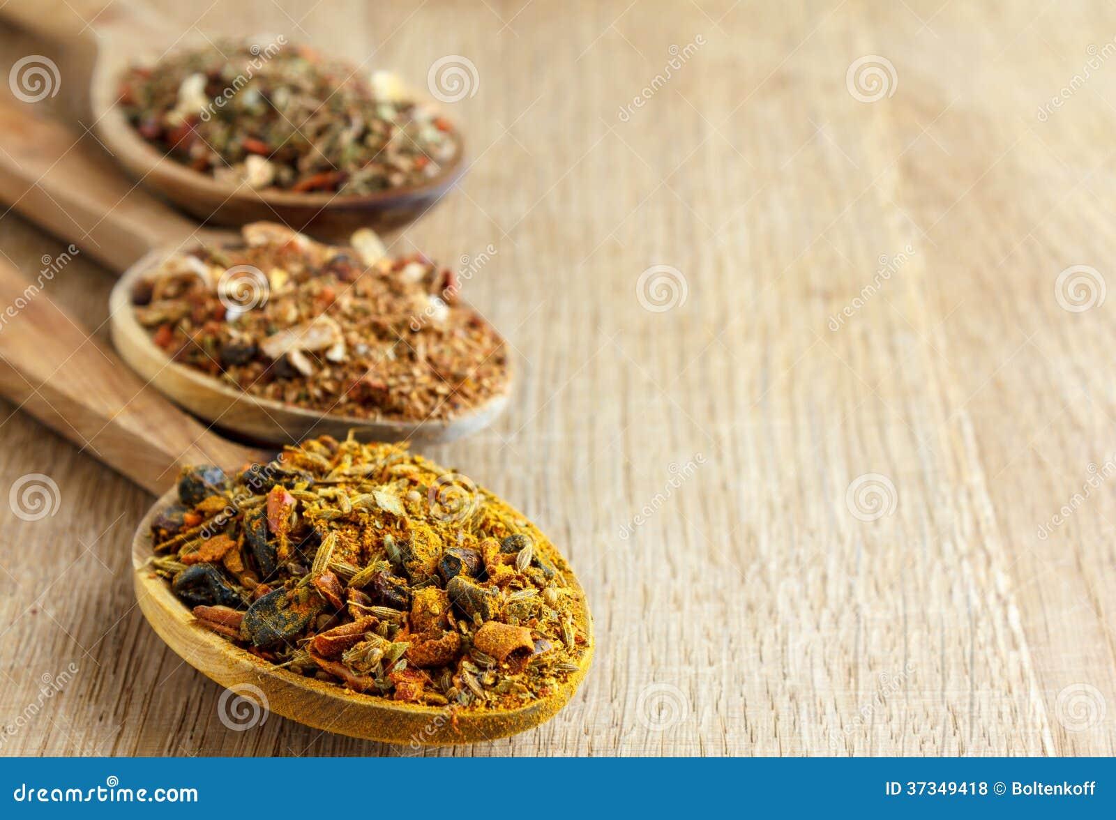 Especiarias em colheres de madeira