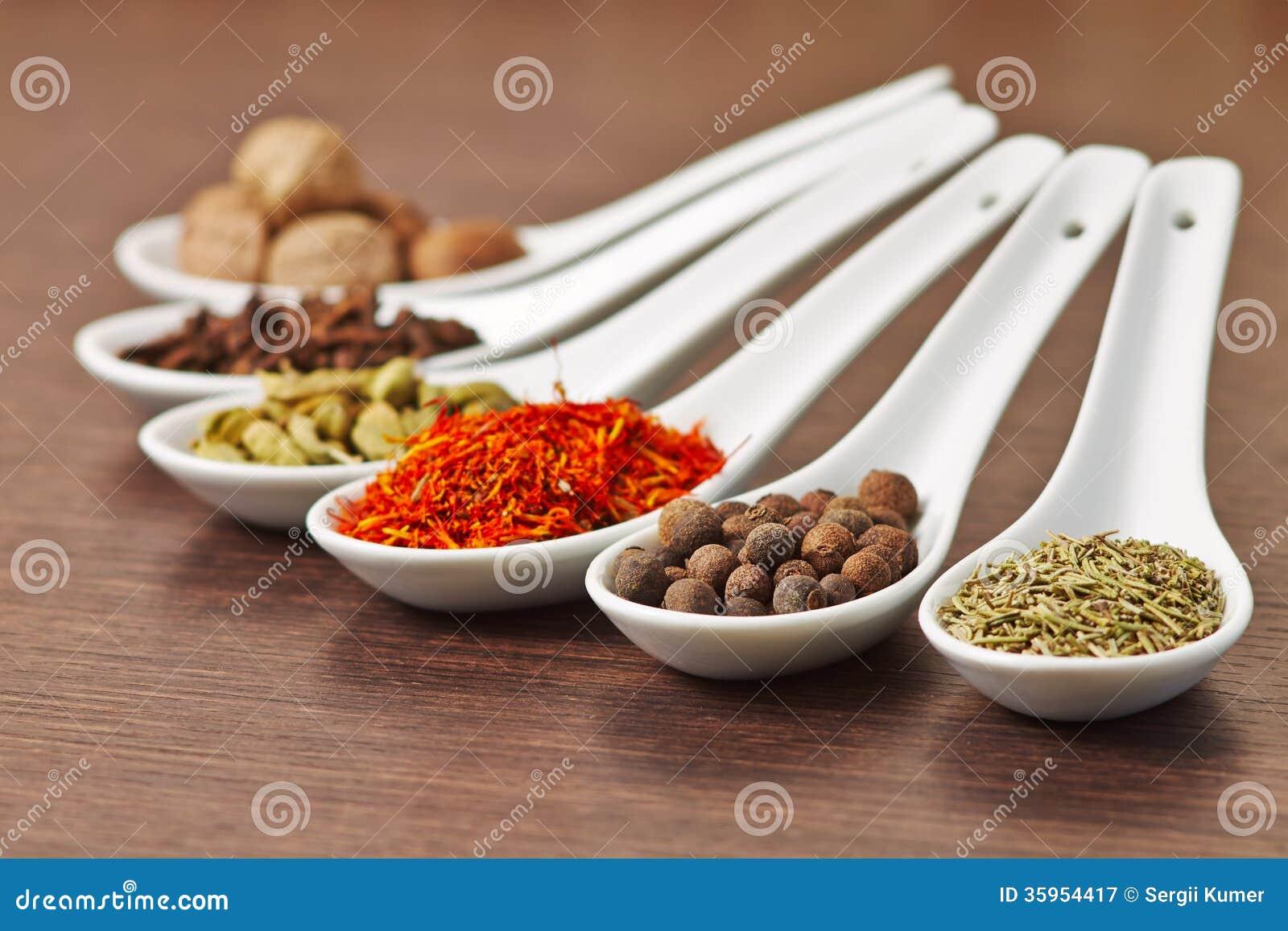 Especias de Colorfull en cucharas de cerámica
