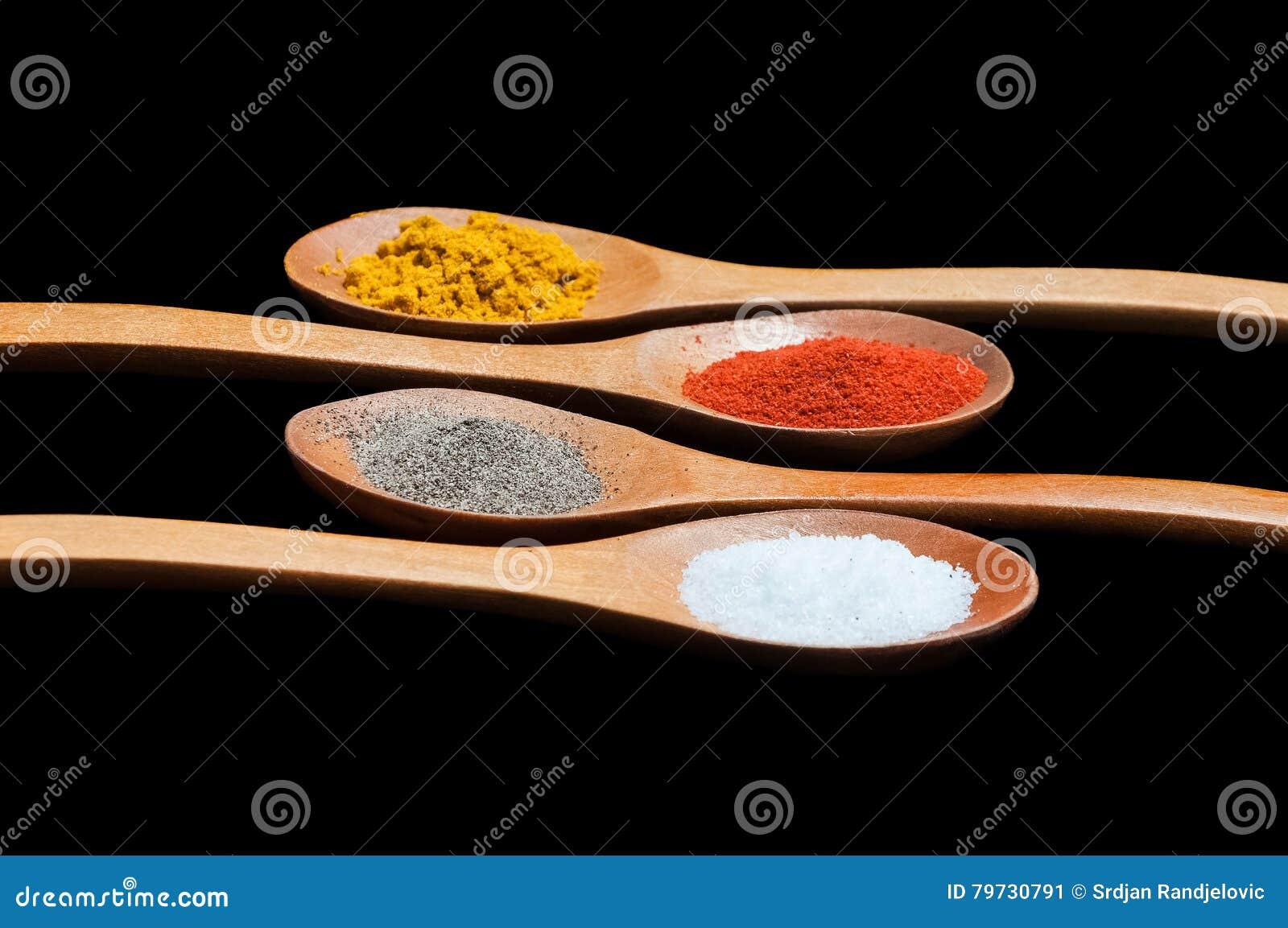 Especias en cucharas de madera