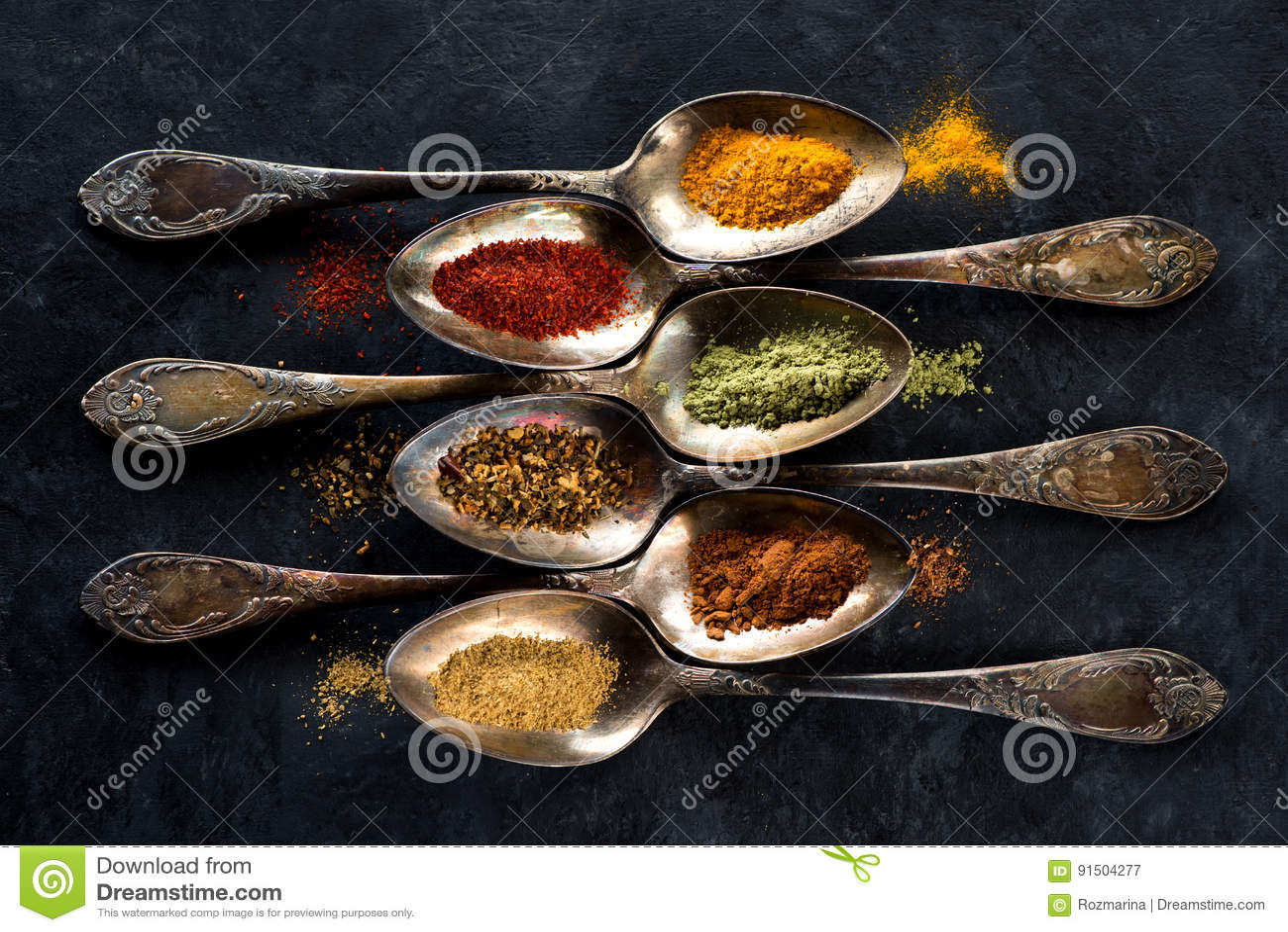Especias y cucharas de las hierbas