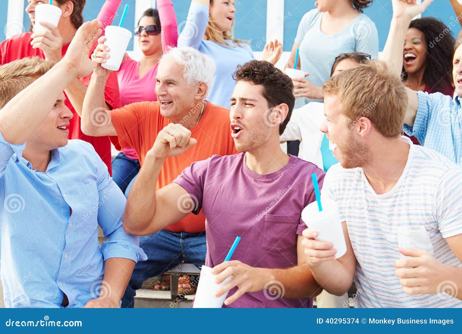Espectadores que animan en el acontecimiento deportivo al aire libre