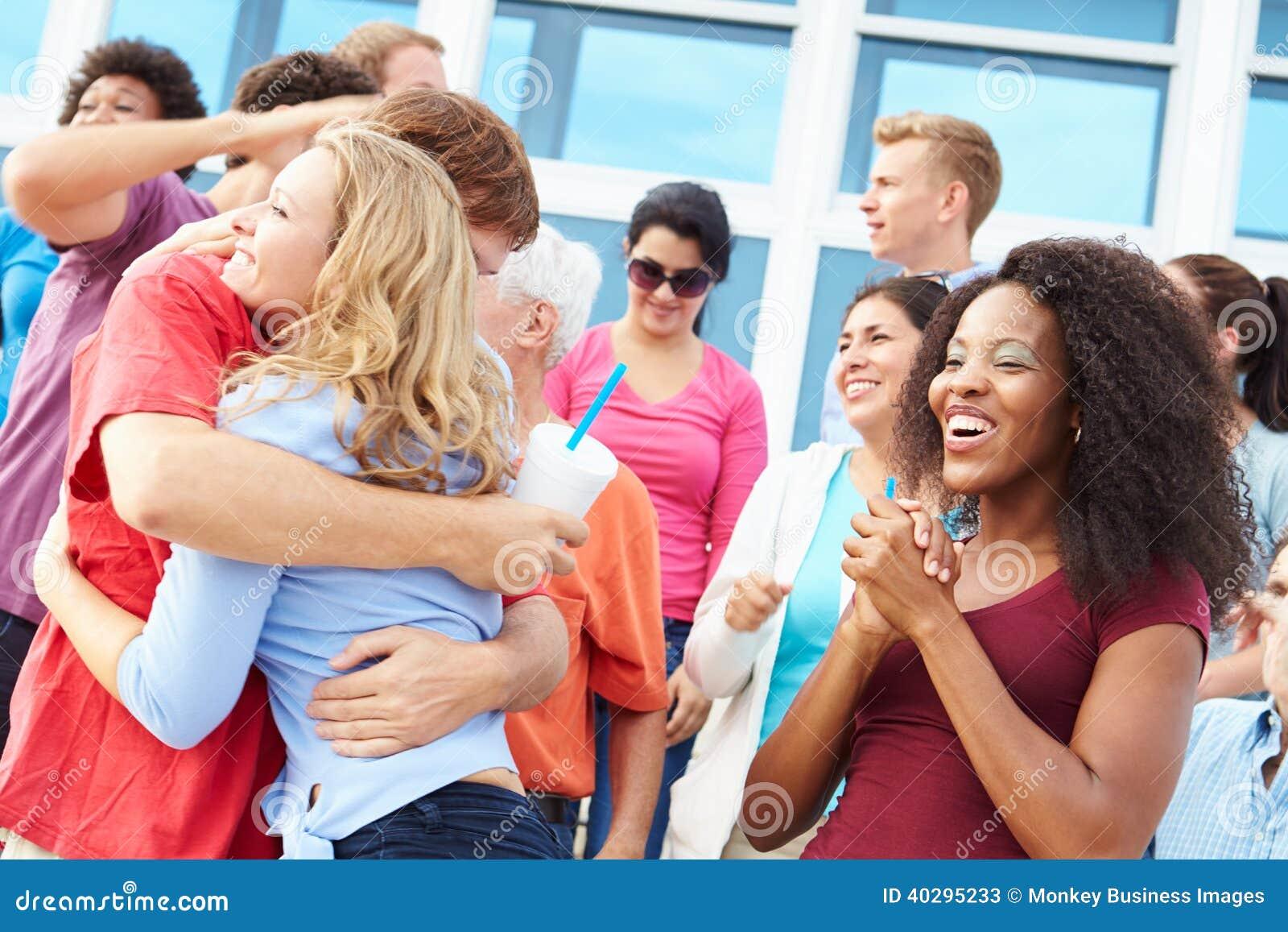Espectadores que celebran en el acontecimiento deportivo al aire libre