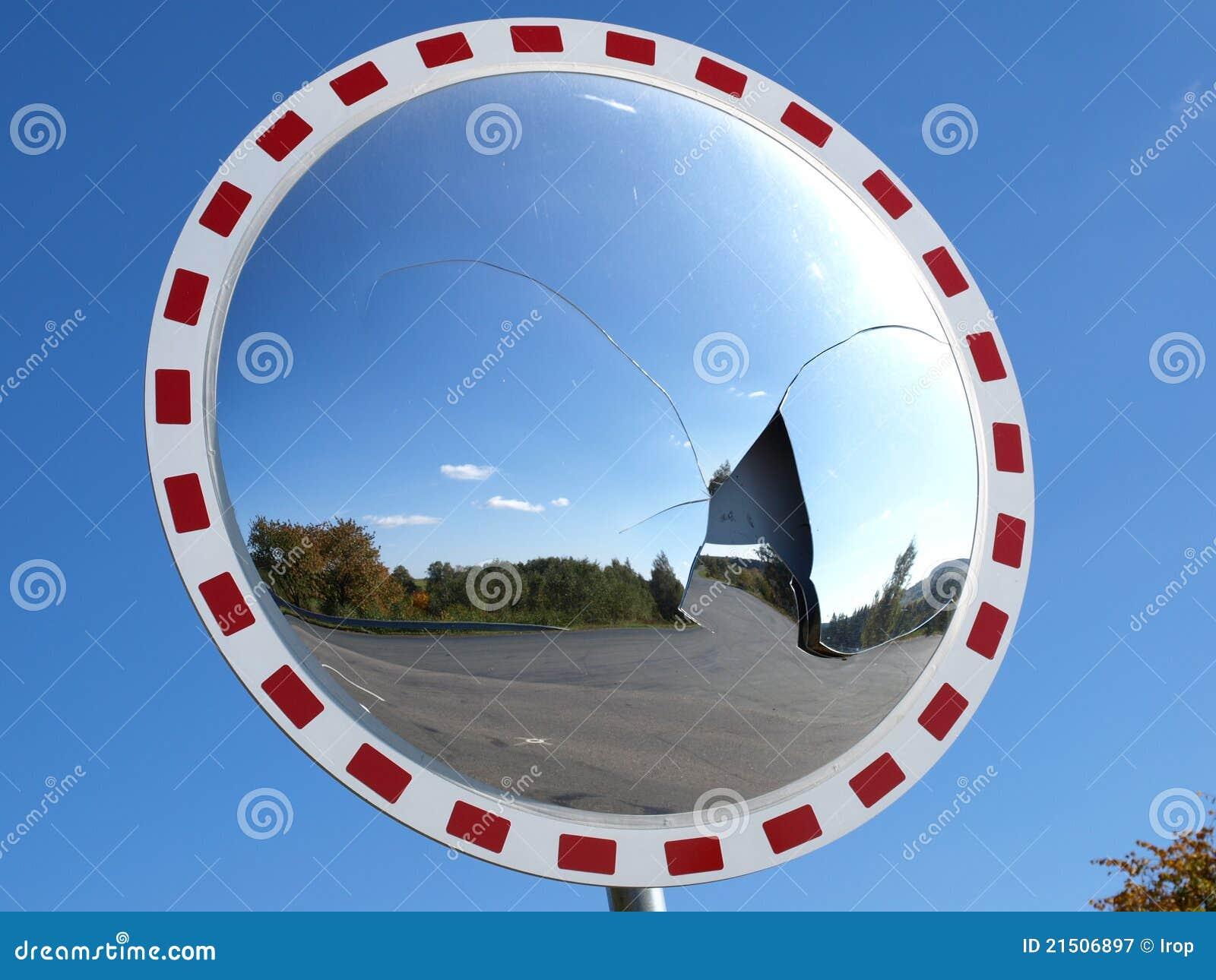Espejo convexo roto fotograf a de archivo libre de for Espejo esferico convexo