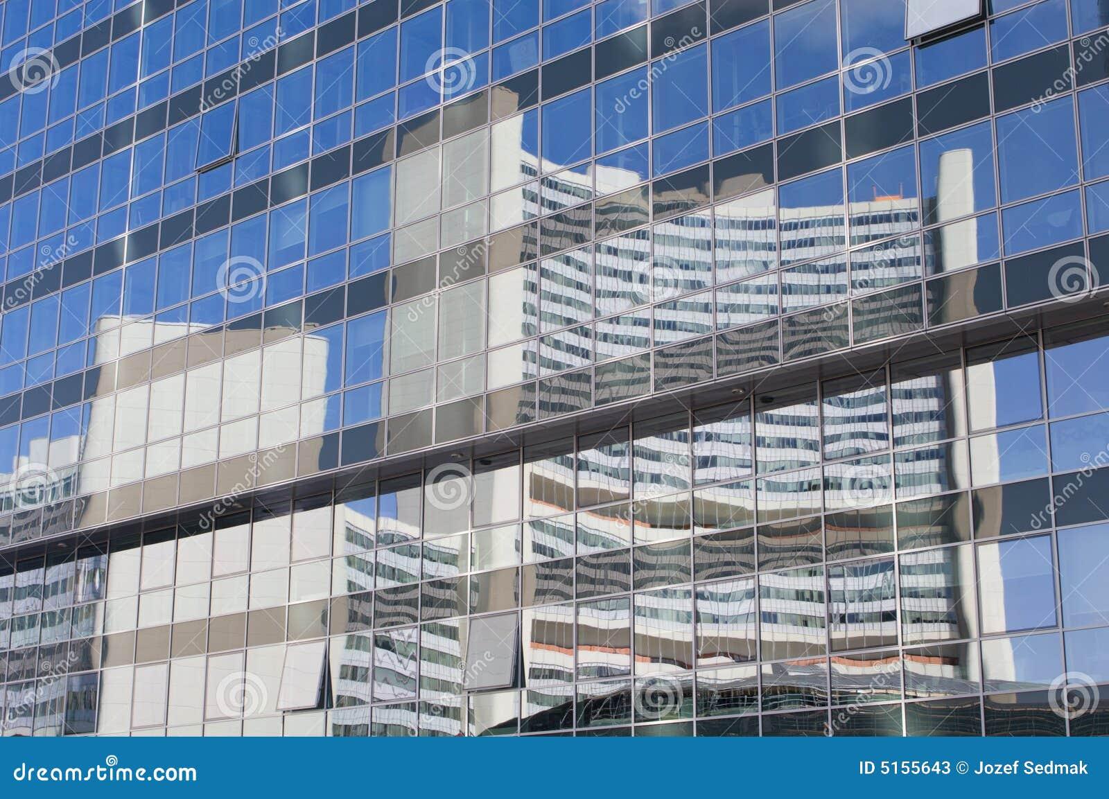 Espejo en la fachada de cristal de viena fotos de archivo - Fachada de cristal ...