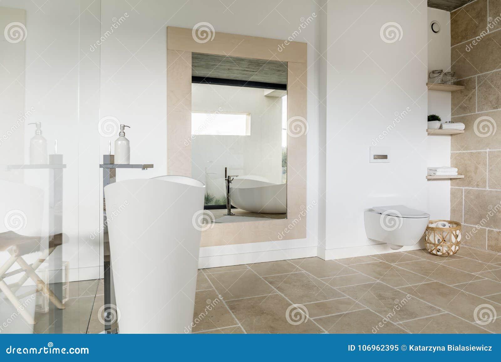 Espejo Grande En Cuarto De Baño Moderno Imagen de archivo - Imagen ...