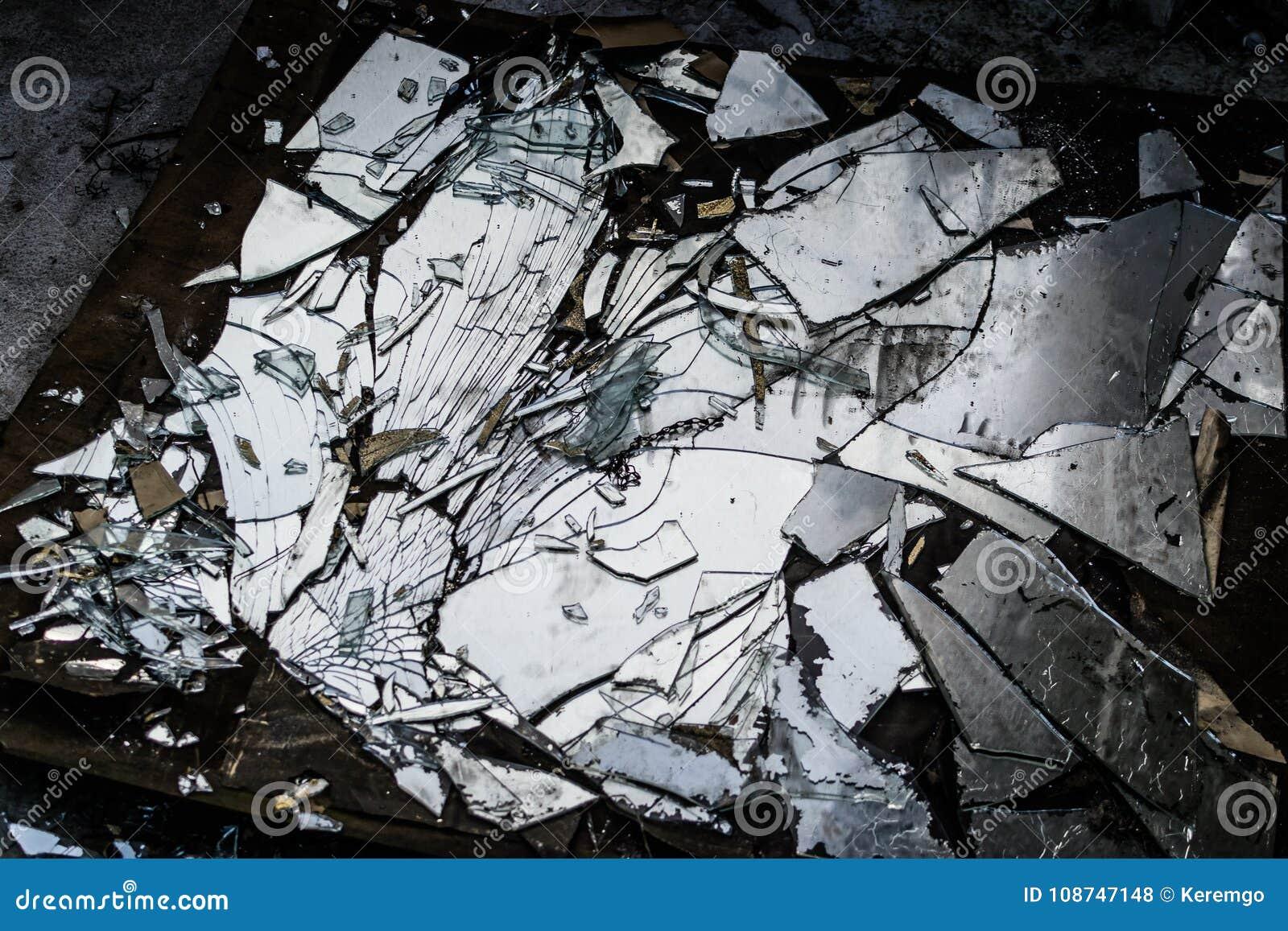 Espejo quebrado en la tierra