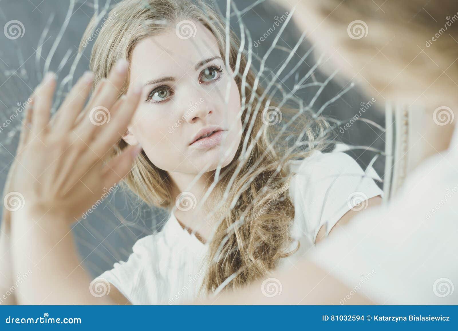 Espejo roto conmovedor del adolescente