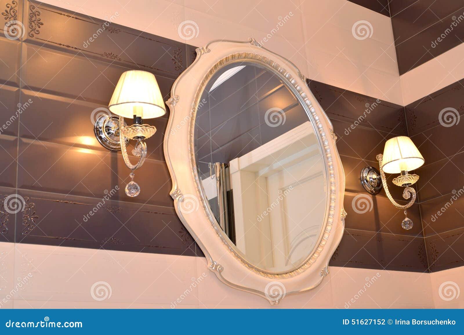 Espejo Y Dos Apliques En Un Cuarto De Baño Foto de archivo - Imagen ...