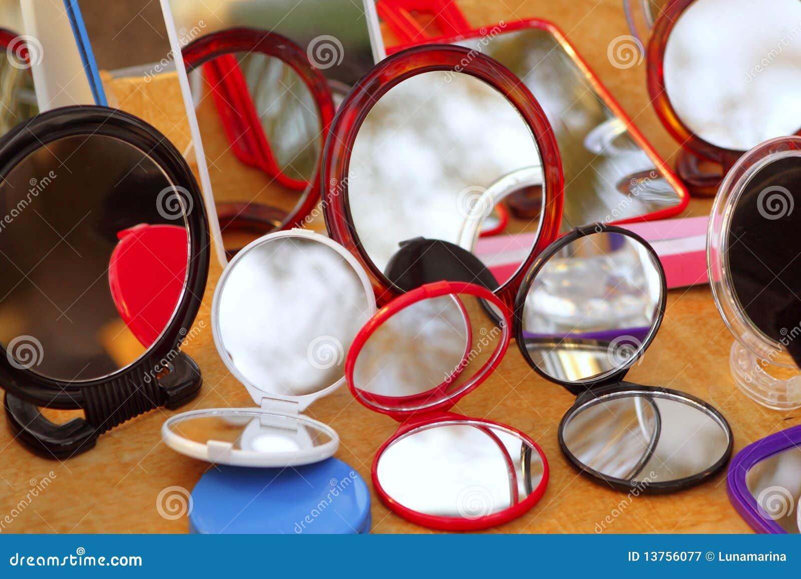 Espejos coloridos redondos en el departamento