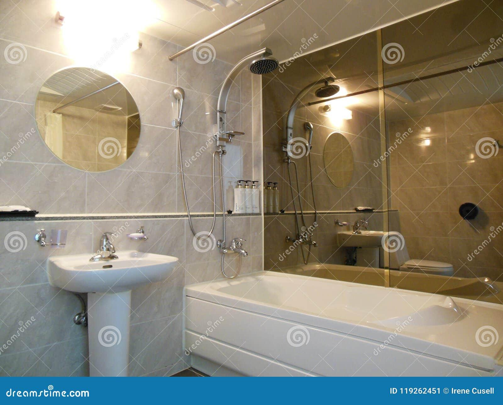 Espejos Lujosos Del Cuarto De Baño, Bañera, Lavabo Nadie Imagen de ...