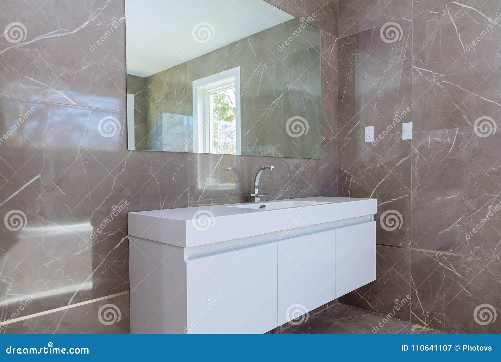 Espejos Y Lavabos En Diseño Interior Del Lavabo De Un Diseño ...
