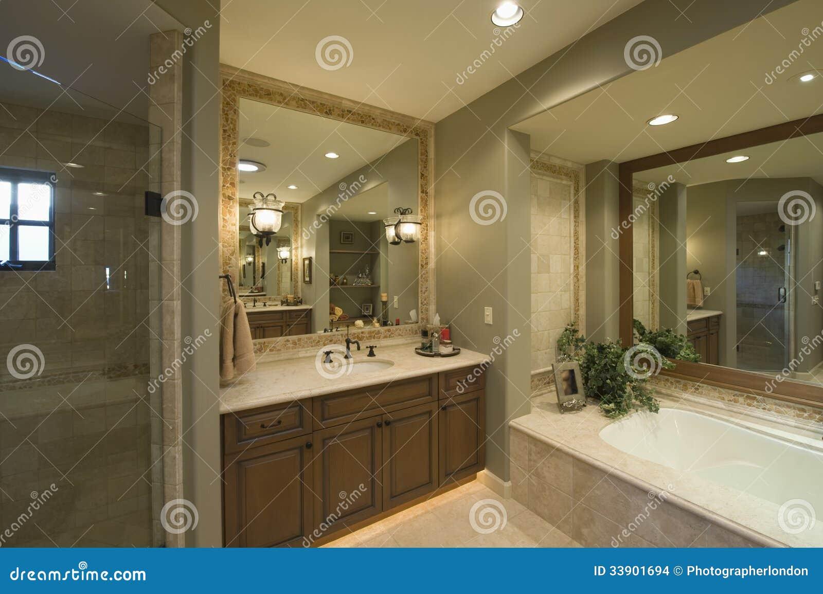 Vista de um banheiro moderno com banheira e espelho do quadrado na  #82A328 1300x955 Banheiro Com Banheira Verde