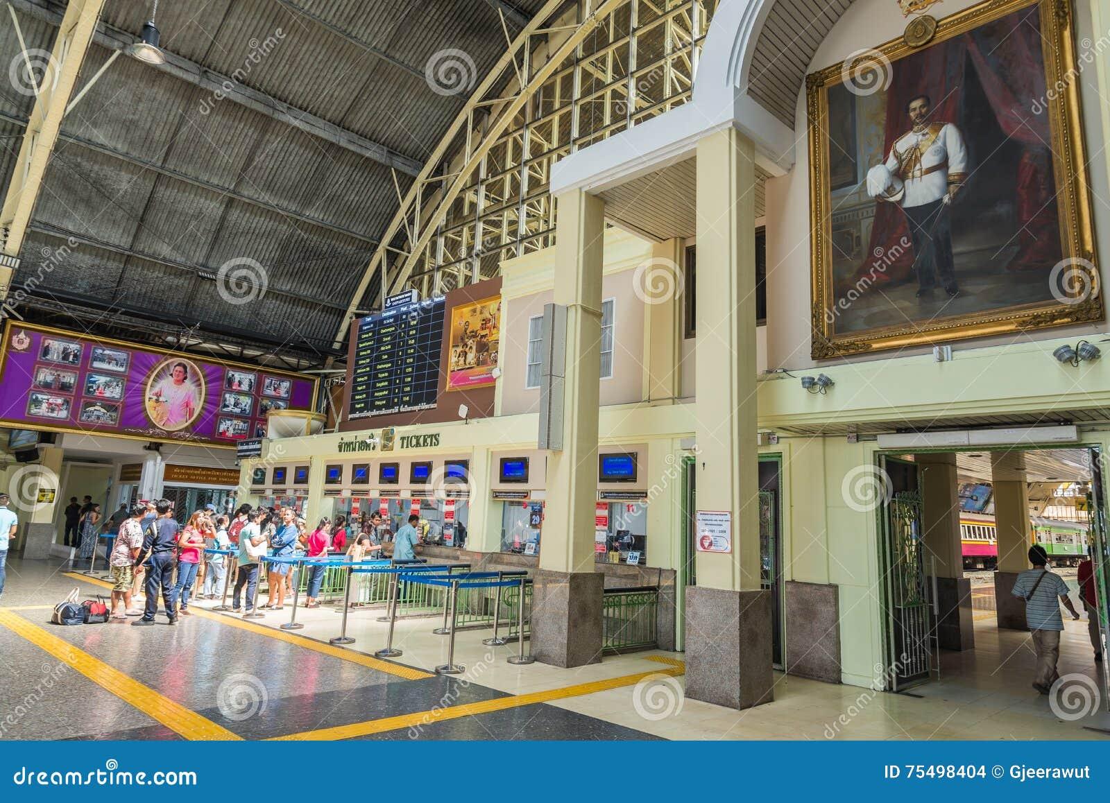 Espera del pasajero en la cola para el boleto de tren de la compra en la estación de tren Bangkok Tailandia