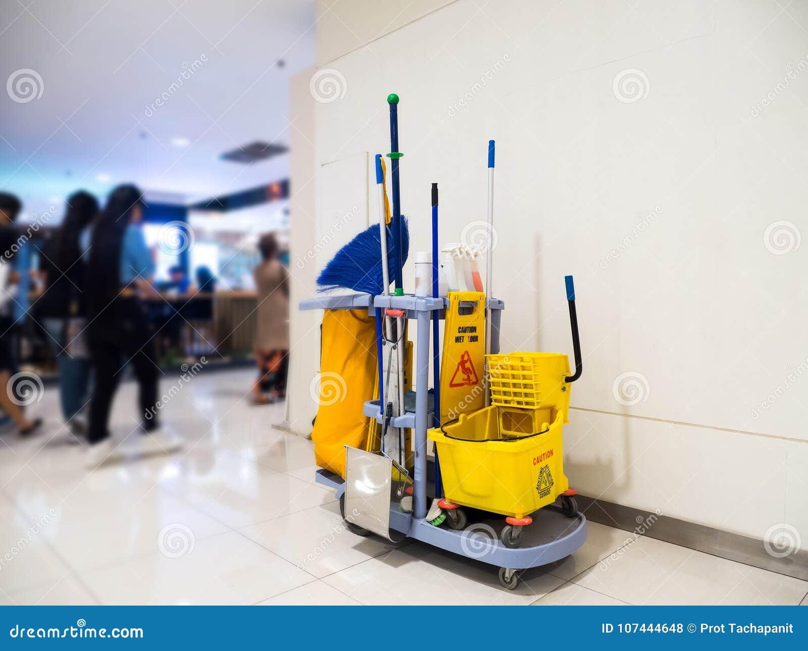 Espera do carro das ferramentas da limpeza para limpar Cubeta e grupo de equipamento da limpeza no armazém