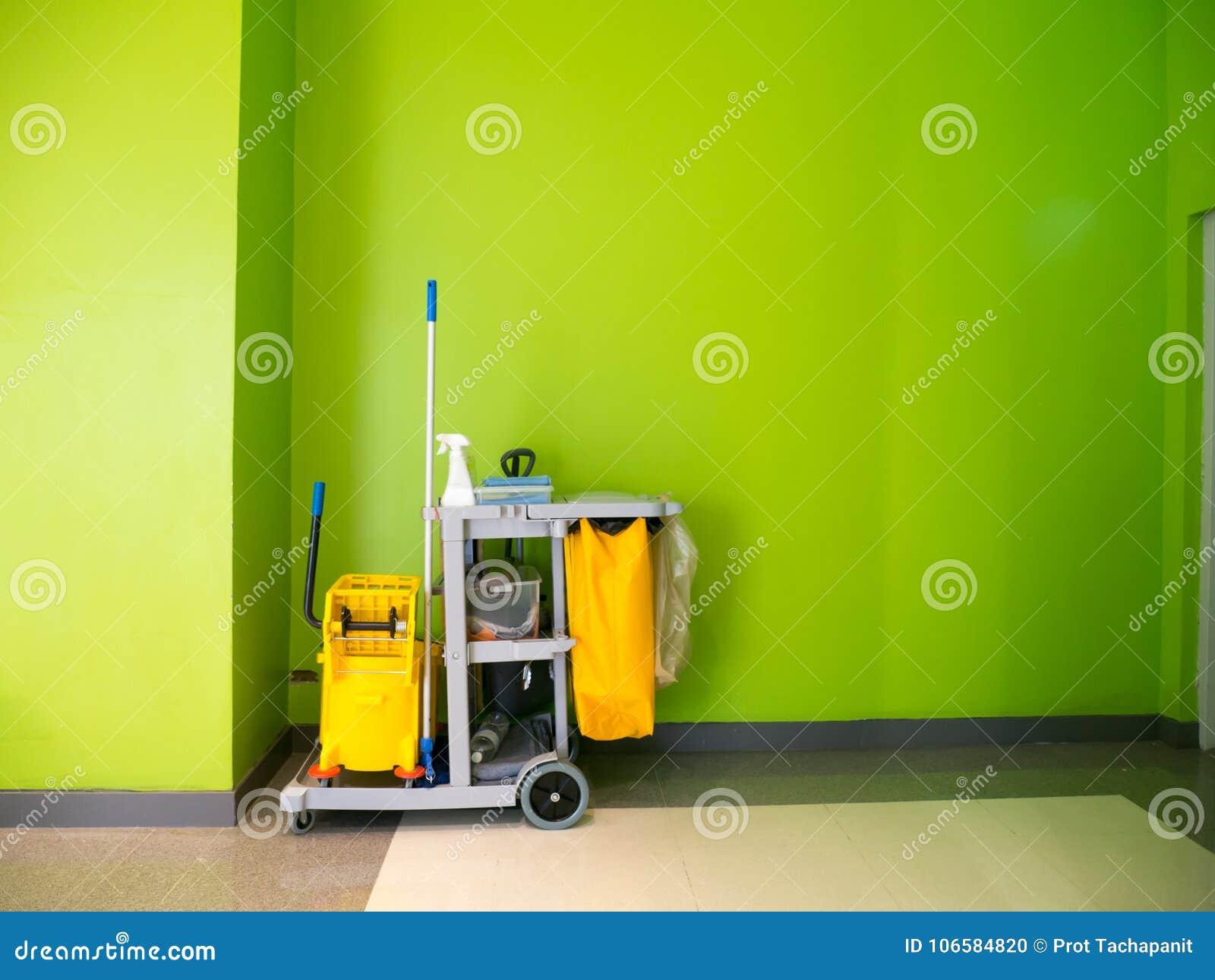 Espera do carro das ferramentas da limpeza para limpar Cubeta e grupo de equipamento da limpeza no escritório