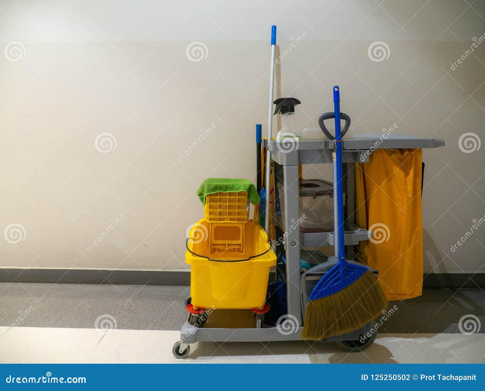Espera do carro das ferramentas da limpeza para o líquido de limpeza Cubeta e grupo de equipamento da limpeza no armazém serviço