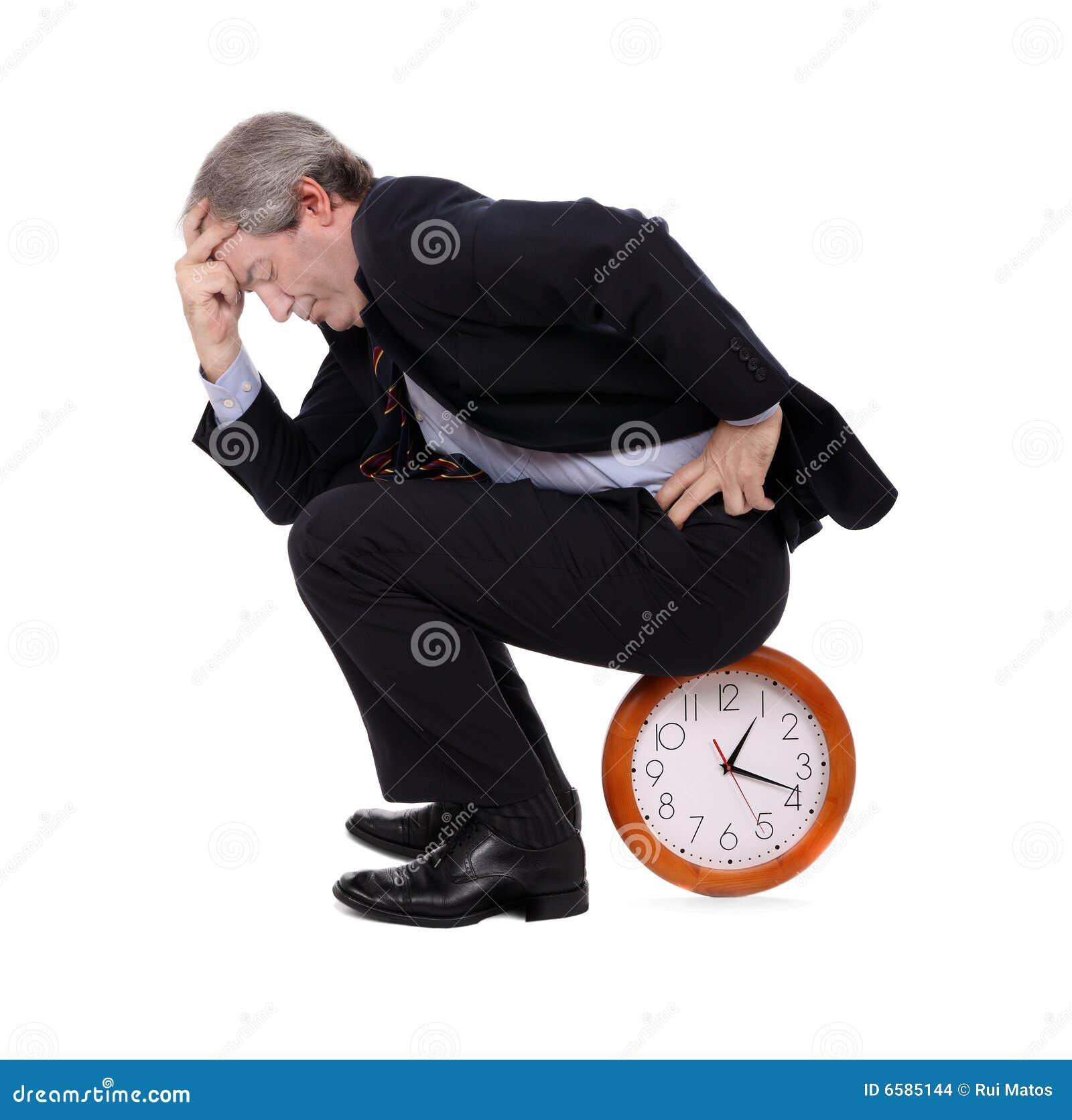 Espera do homem de negócios assentada em um pulso de disparo