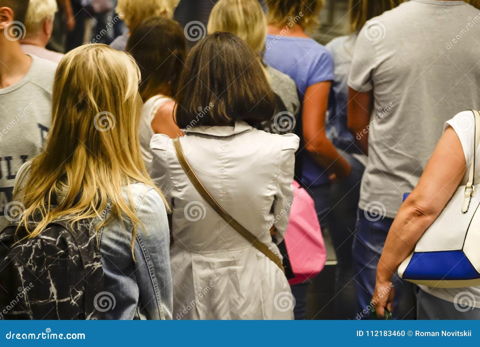 Espera dos povos na linha vista de atrás blurry