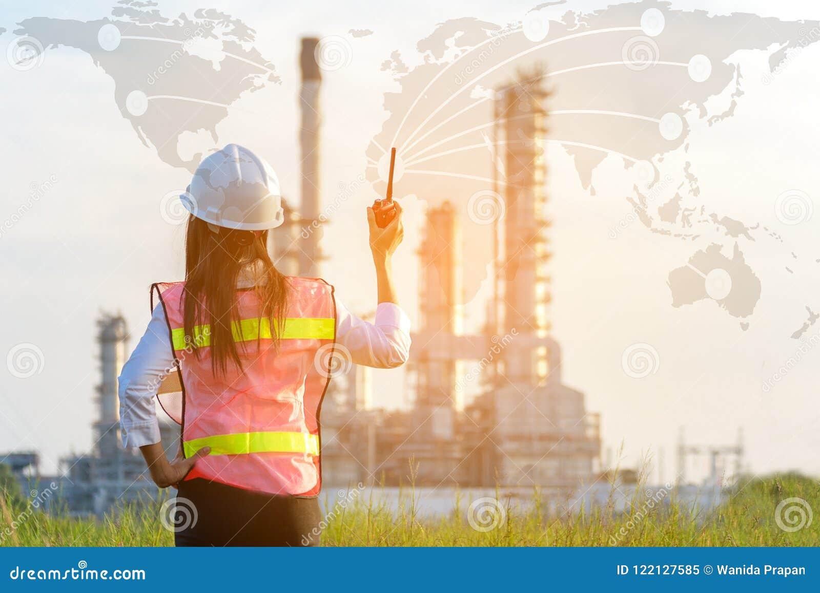 Esperienza di lavoro asiatica delle donne ed elettricista professionale professionista dell ingegnere con controllo di sicurezza