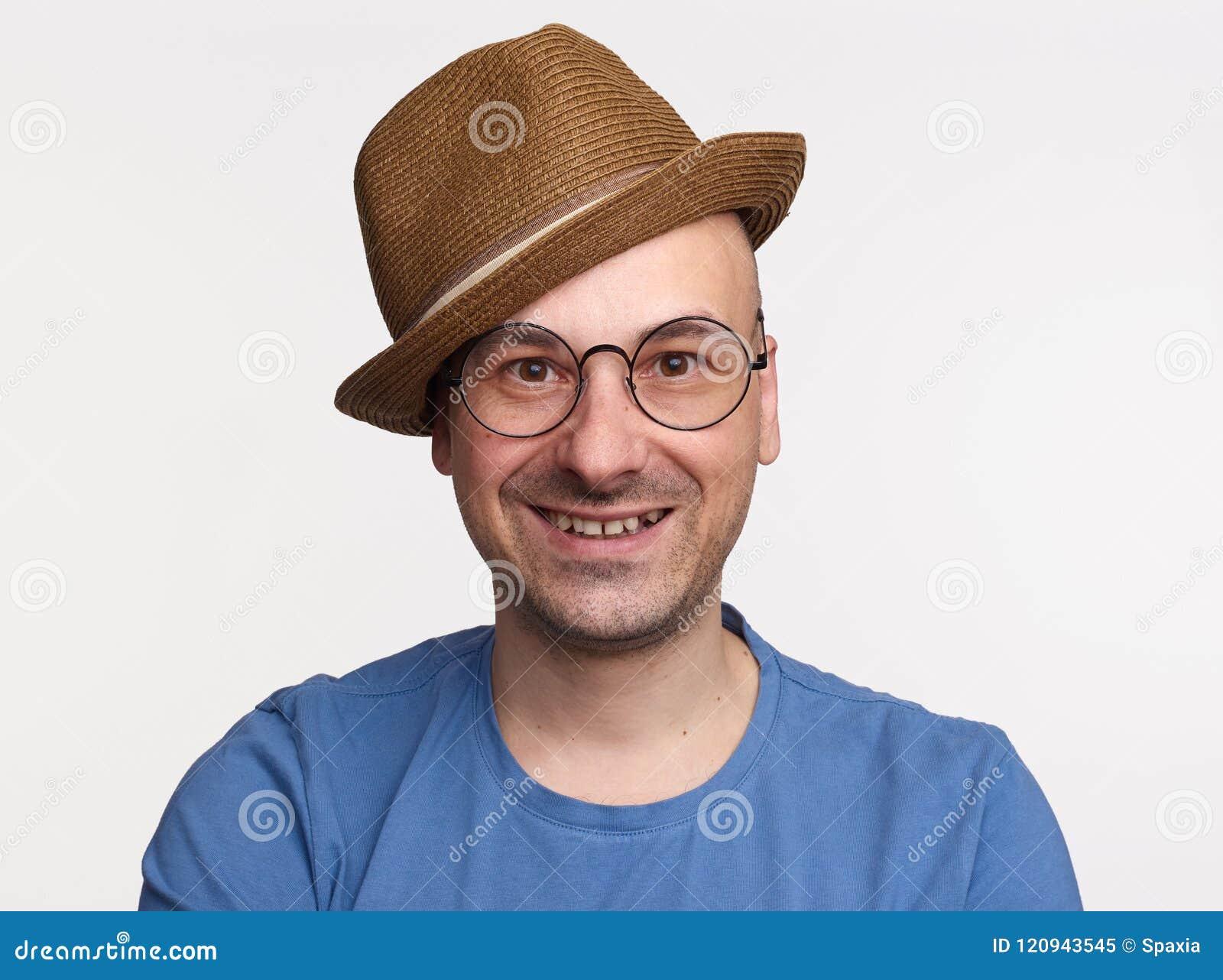 Espetáculos vestindo e chapéu do homem de meia idade